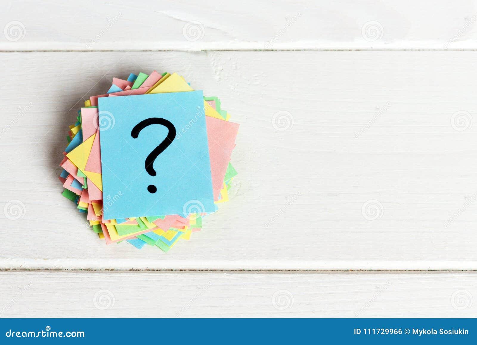 Pontos de interrogação coloridos escritos bilhetes dos lembretes peça ou conceito do negócio