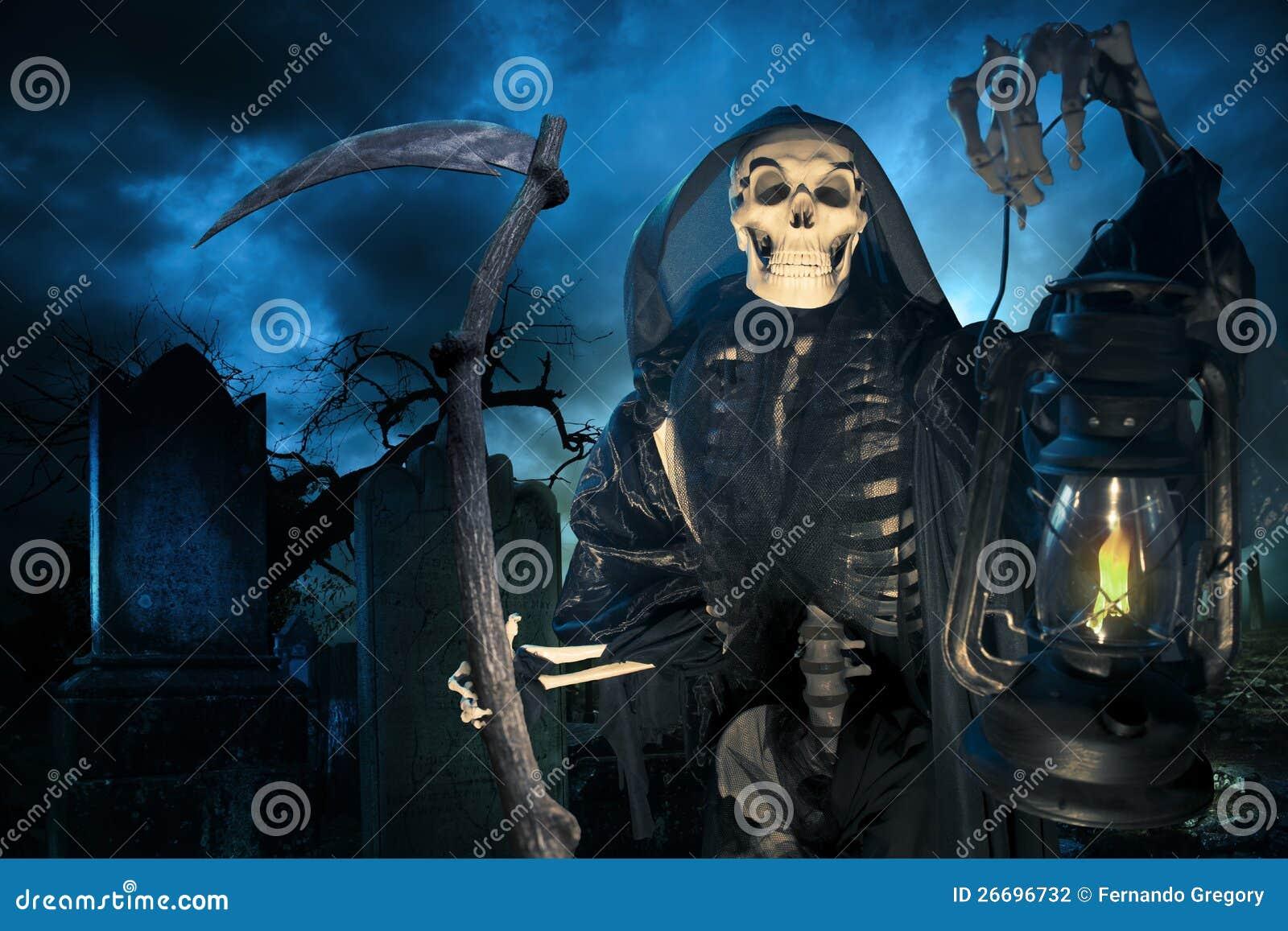 Ponury reaper/anioł śmierć z lampą przy noc