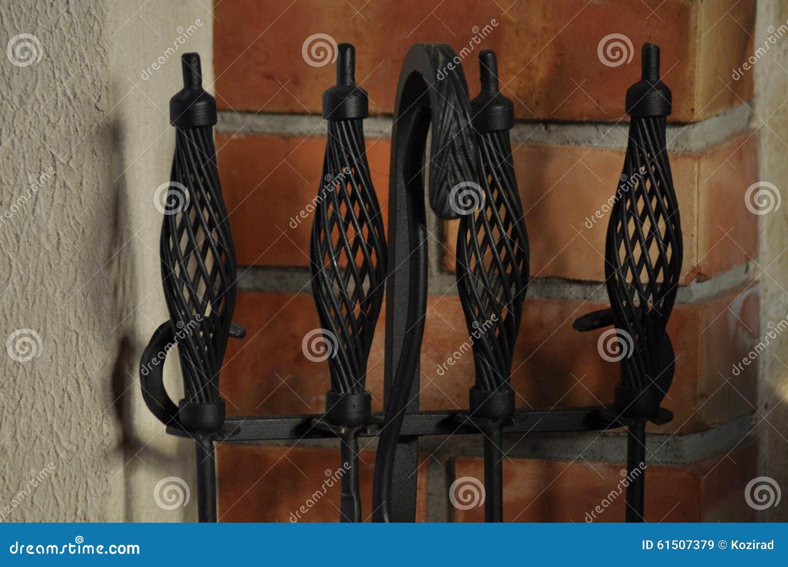 Open Haard Rek.Pook En Schop In Het Rek Naast De Open Haard Stock Afbeelding