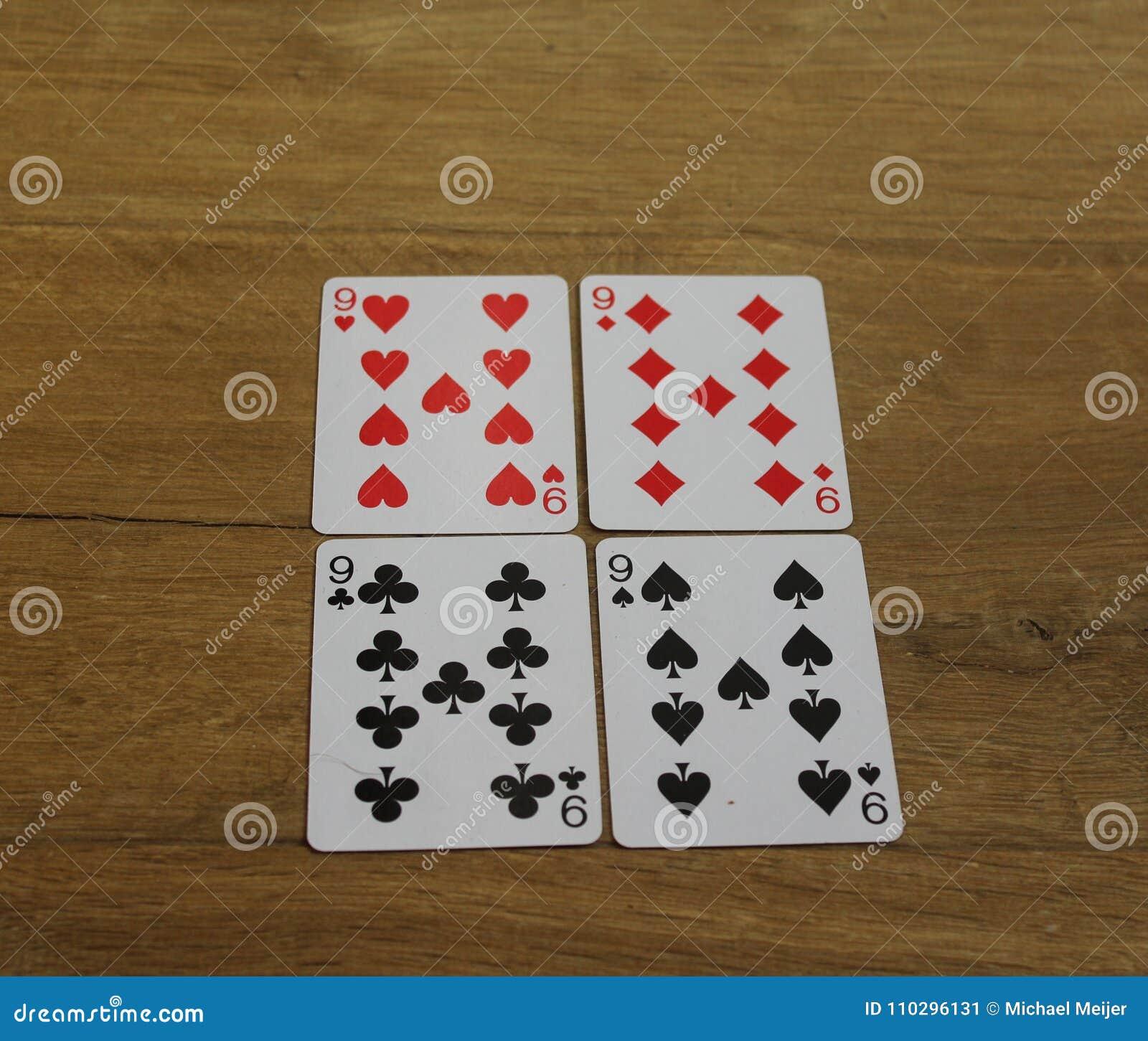 Pookkaarten op een houten backround, reeks nines van clubs, diamanten, spades, en harten