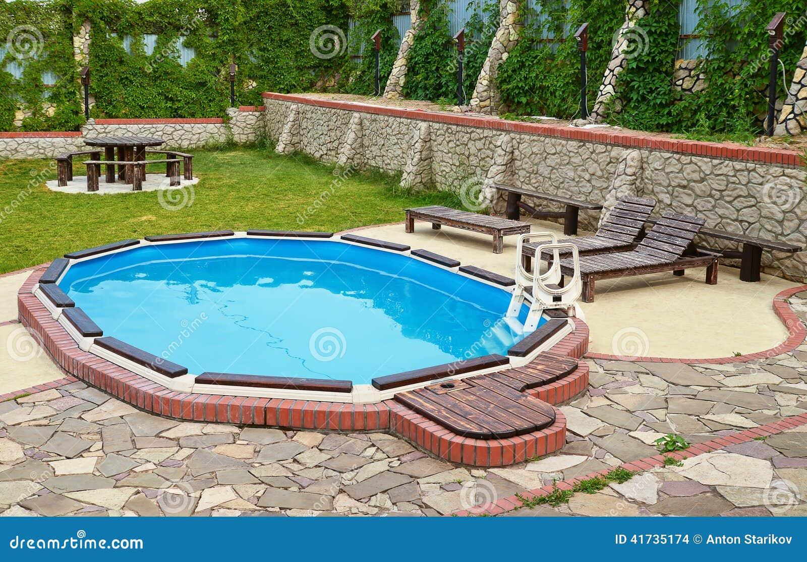 Pool Auf Dem Hinterhof Stockfoto Bild Von Freizeit Draussen