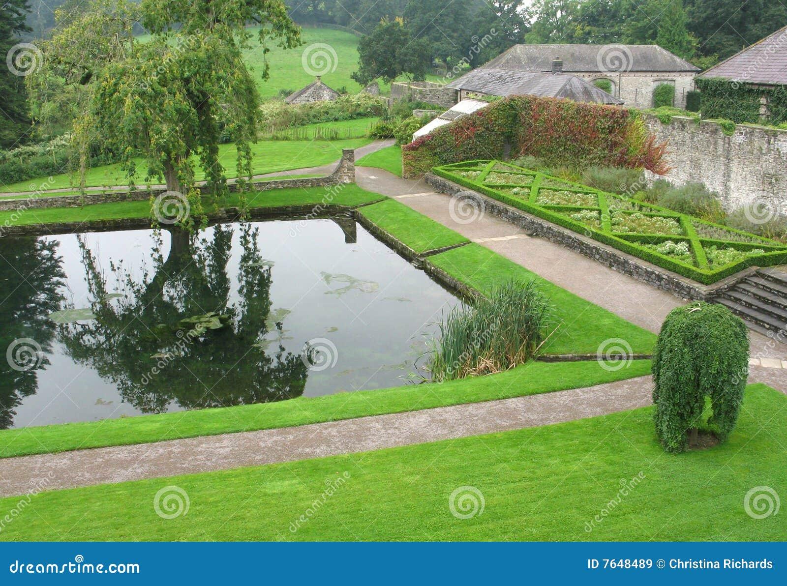 Pool bij Aberglasney Tuin, Wales het UK