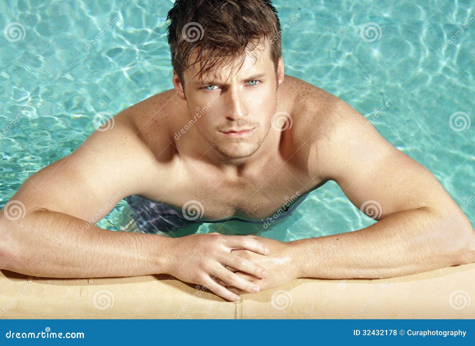 Фото парней в басейне 14 фотография