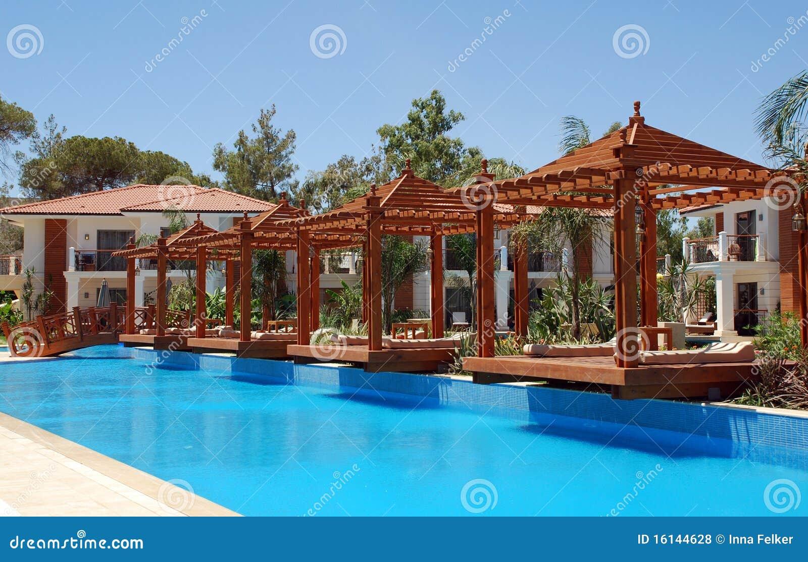 Pool en houten pergola royalty vrije stock foto 39 s afbeelding 16144628 - Houten strand zwembad ...