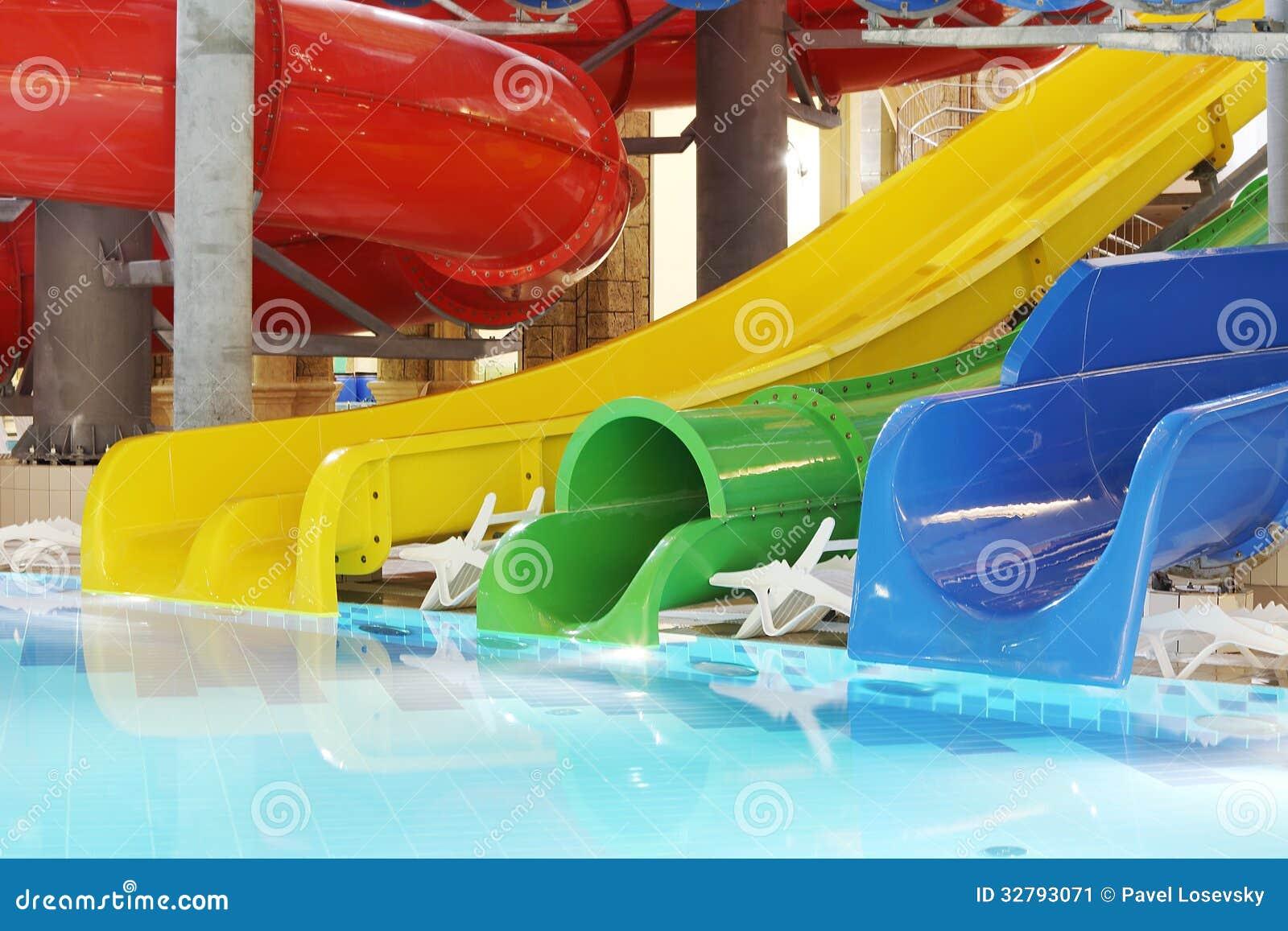 Pool mit klarem Wasser und mehrfarbigen Wasserrutschen