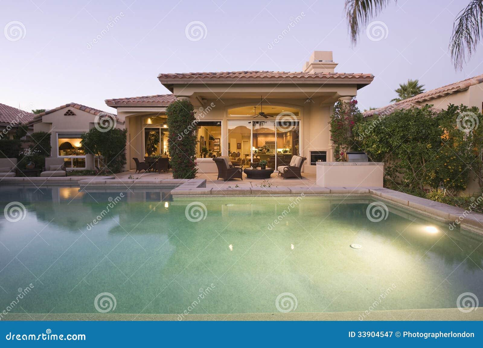 Pool Und Modernes Haus-Äußeres Stockbild - Bild von bereich, zustand ...