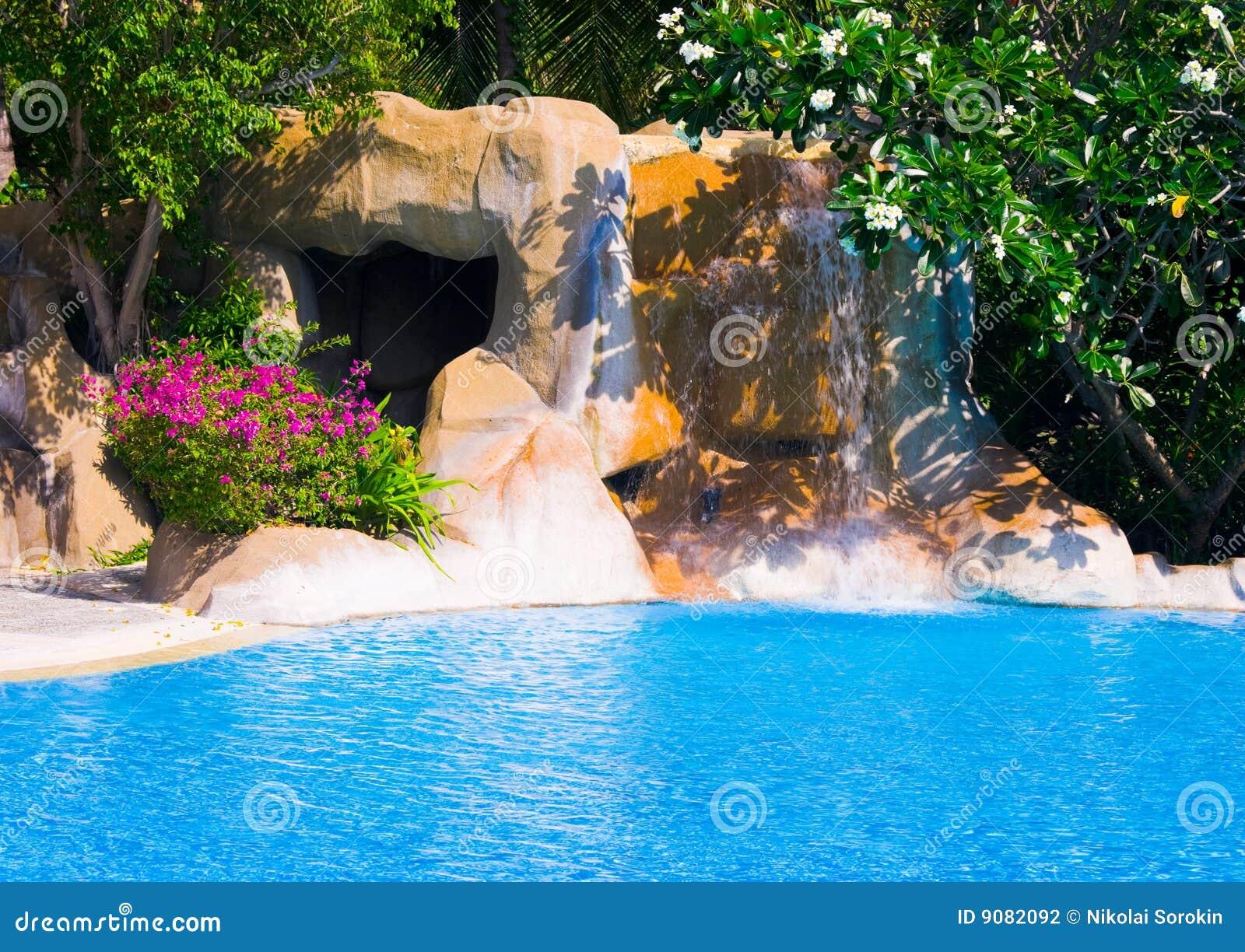 Pool und Wasserfall im Hotel