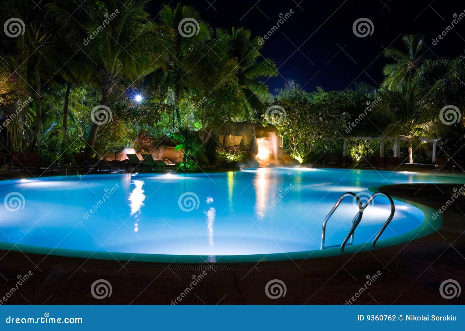 Download Pool Und Wasserfall Nachts Stockfoto. Bild Von Fall, Reise    9360762