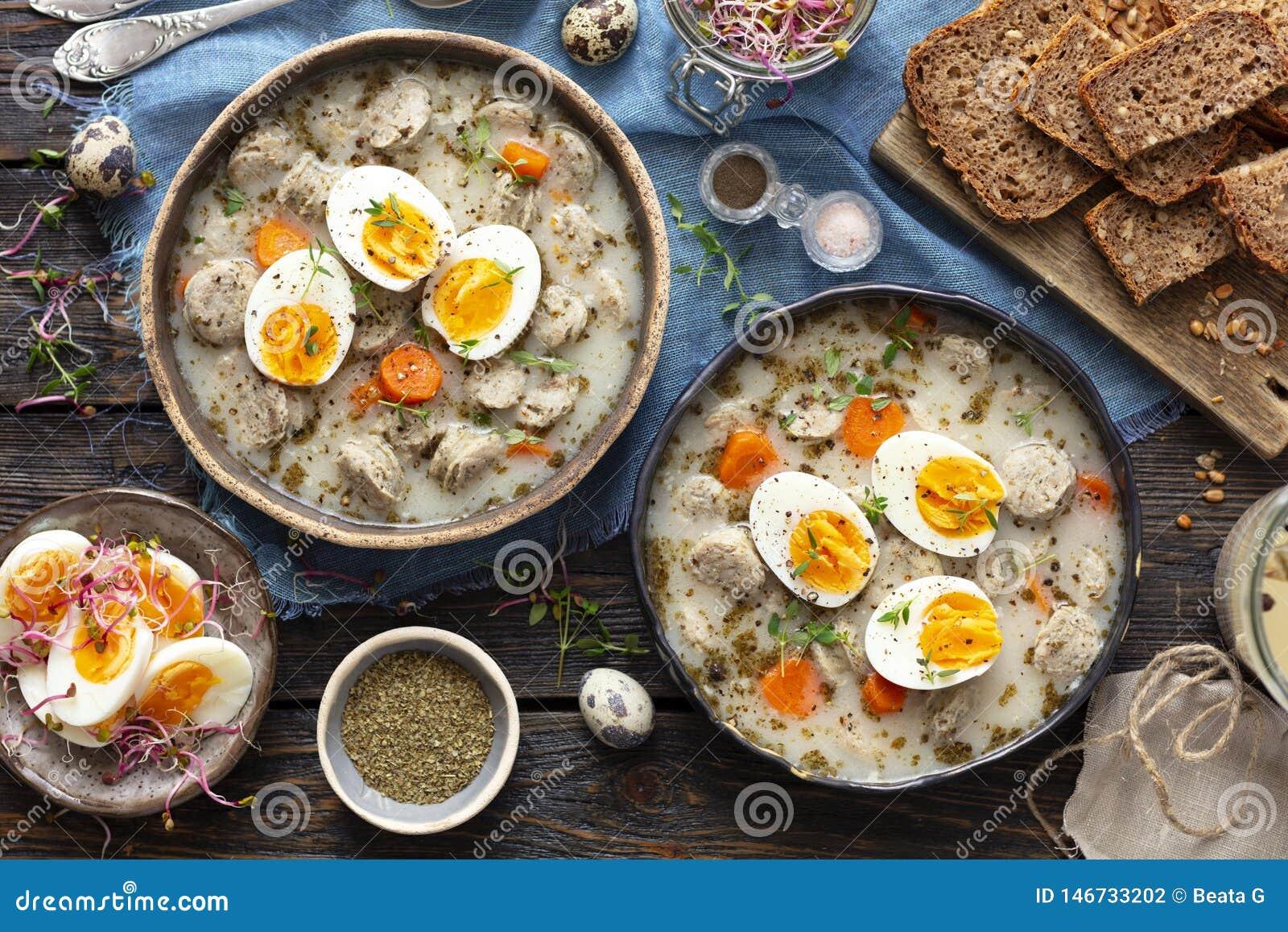 Poolse zuurdesemsoep - zurek of witte die borsjt met ei wordt gediend