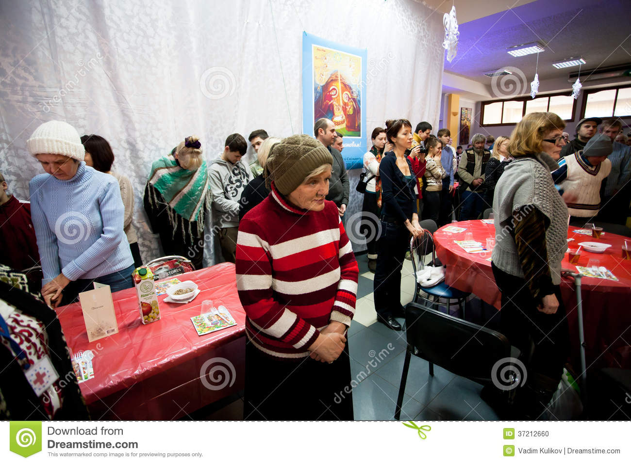 Poor elderly women and men pray before lunch at christmas for Comedores cyber monday