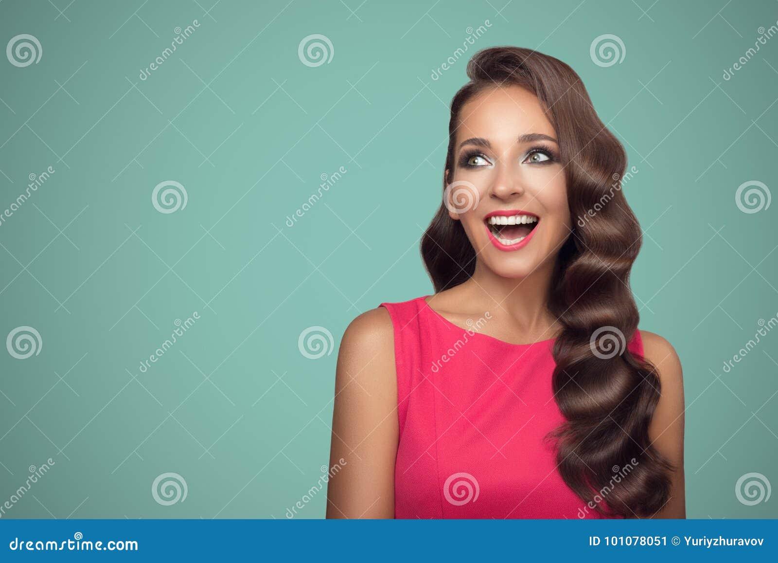 Pop-artportret van glimlachende mooie vrouw tegen blauwe backgro