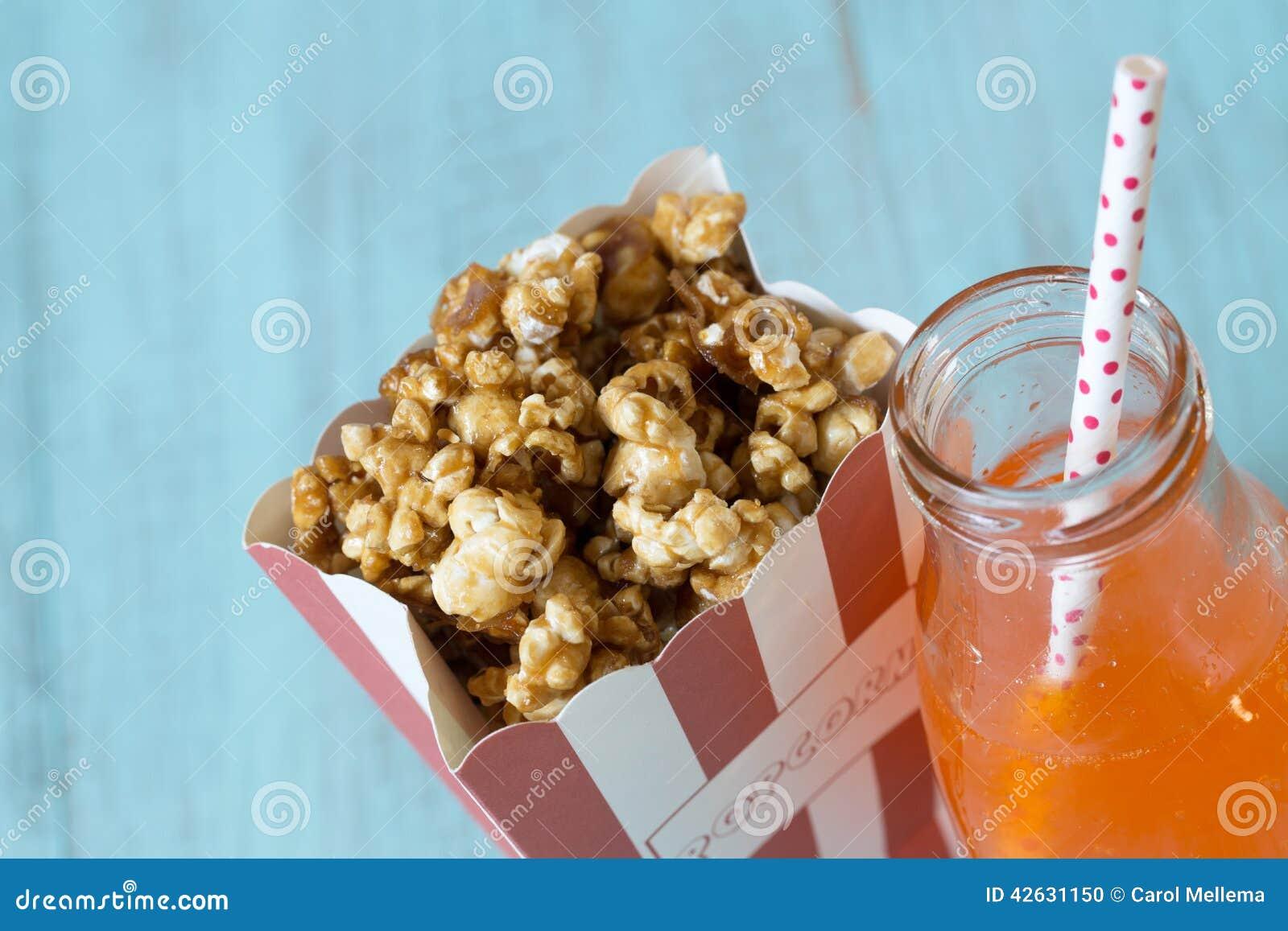 Pop för karamellpopcorn och för orange sodavatten