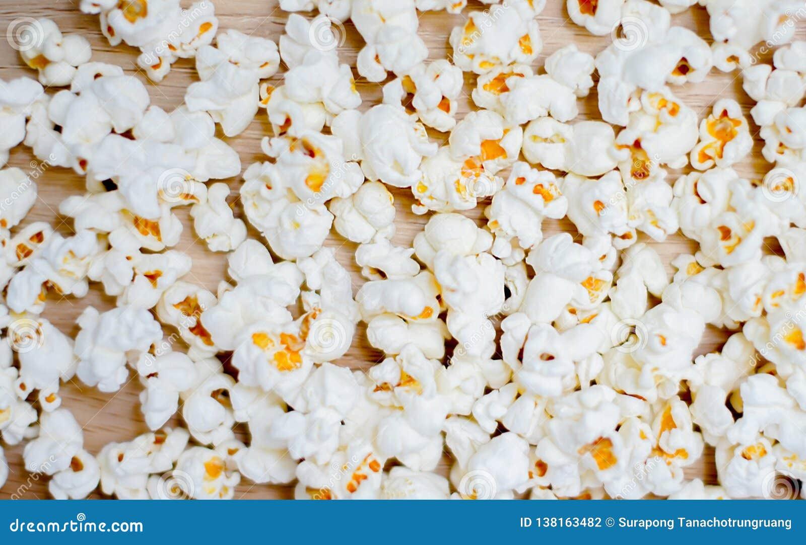 Popcorn die op houten achtergrond wordt geschikt