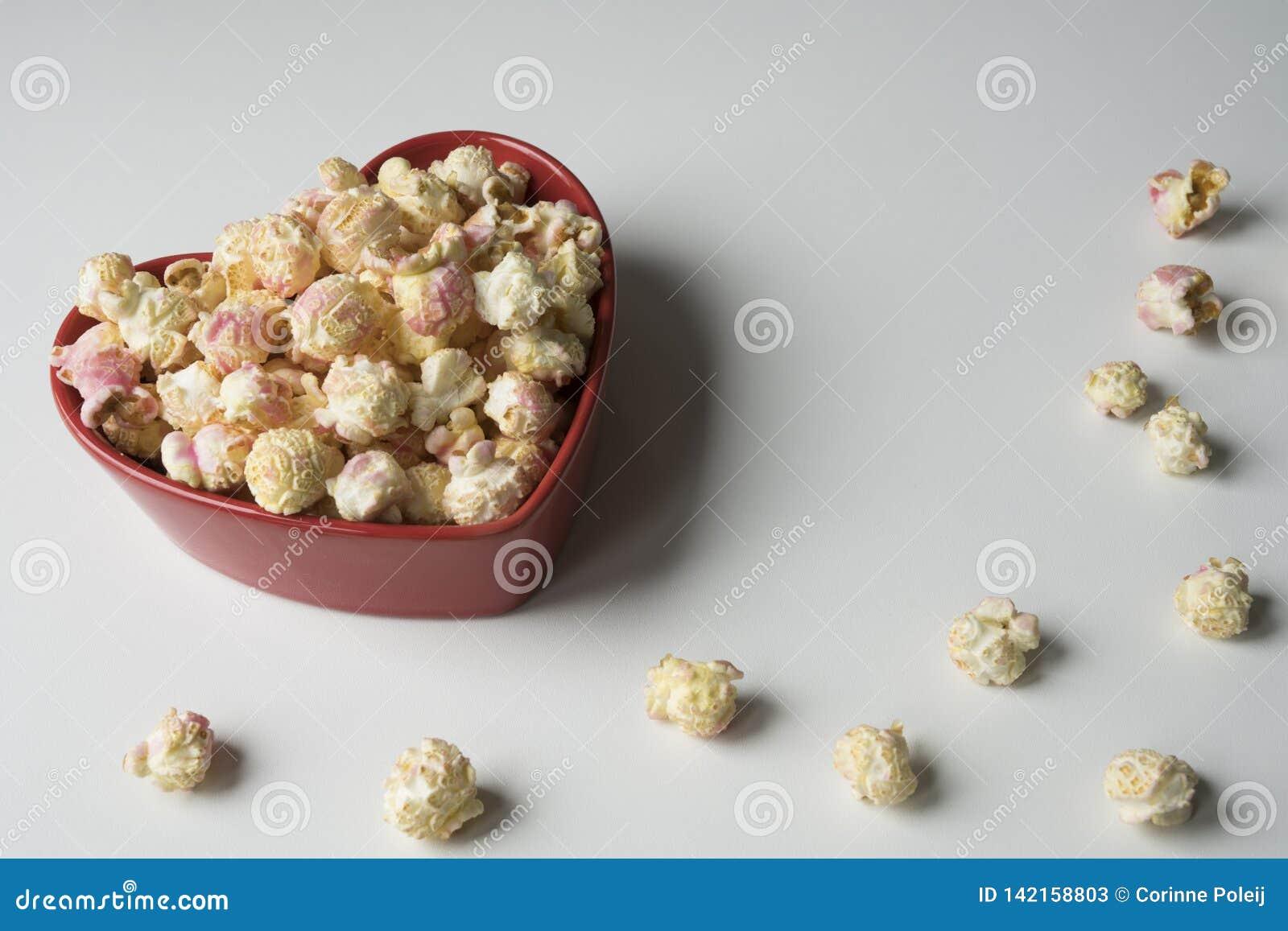 Popcorn i röda hjärtor formar bunken