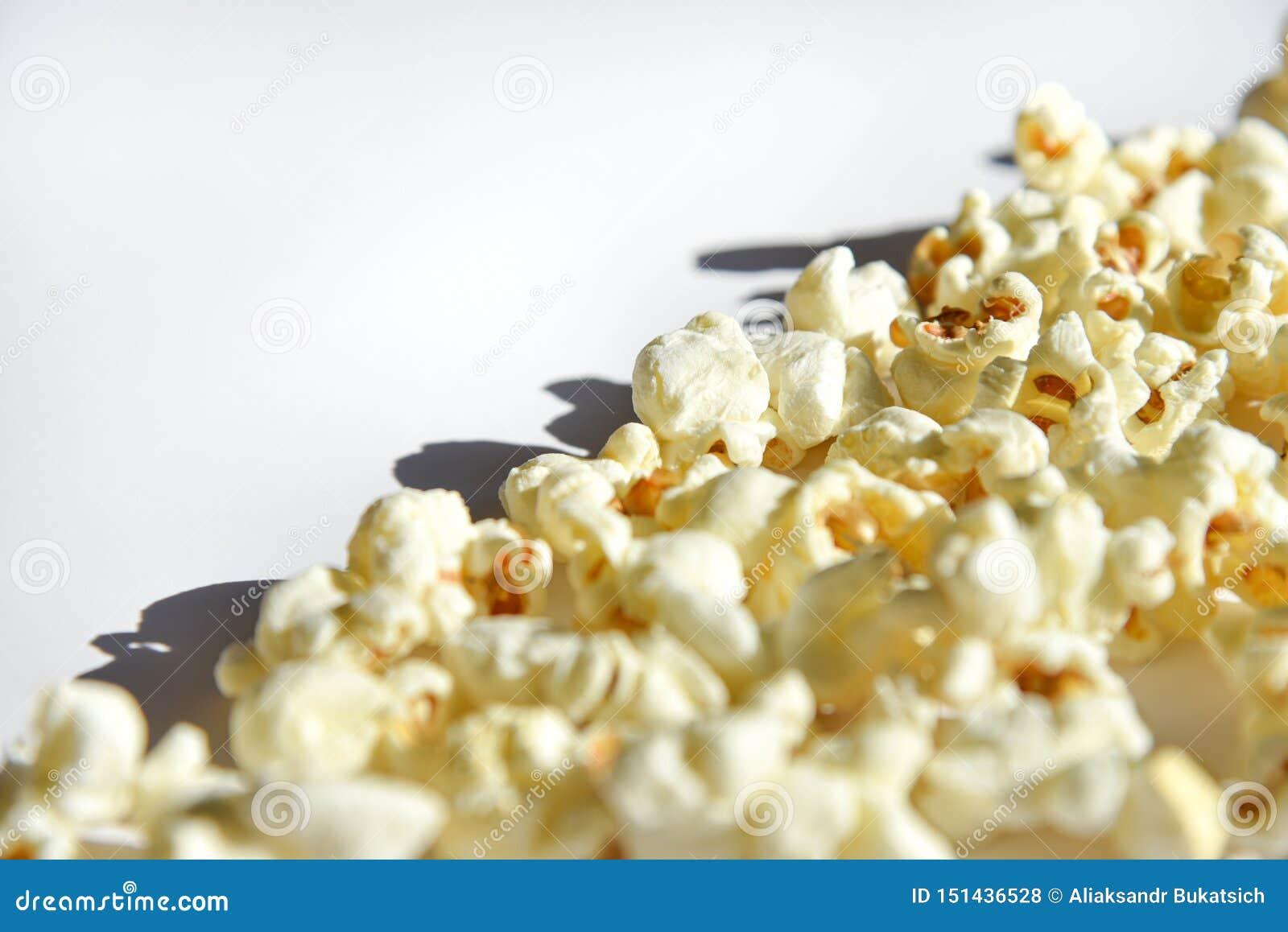 Popcorn isolato su fondo bianco