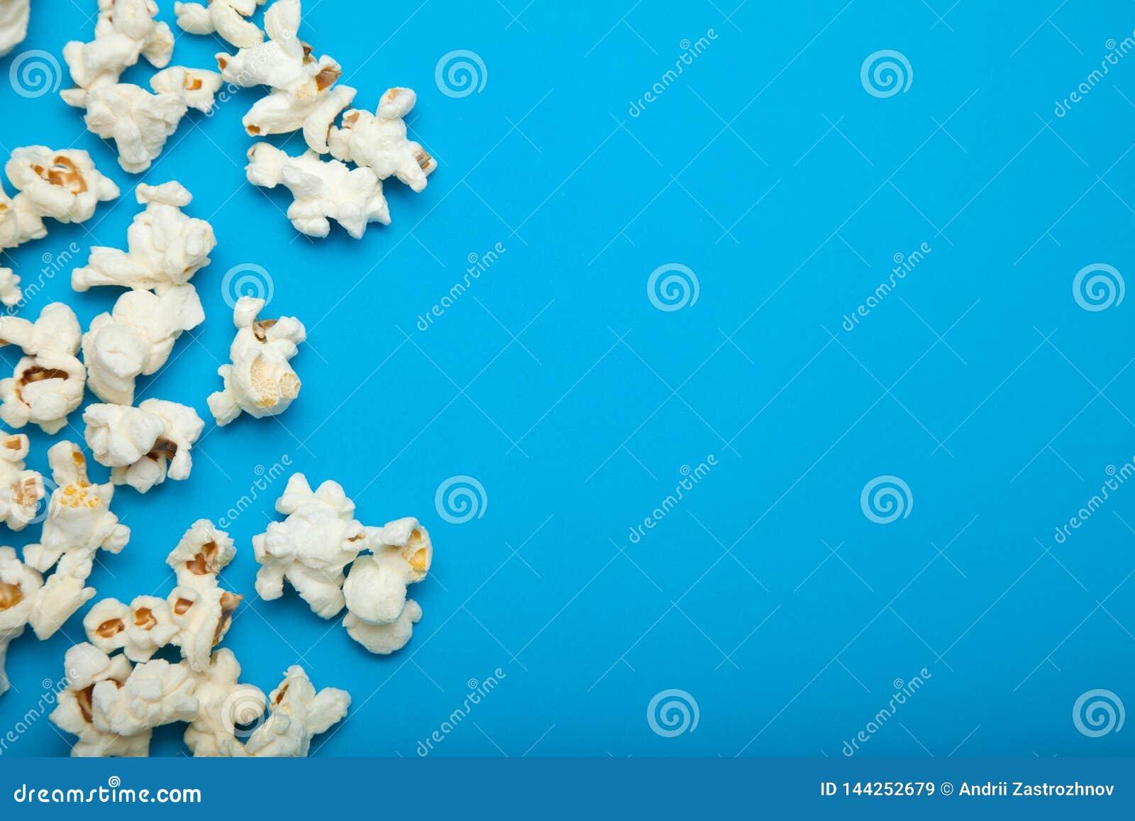 Popcorn met de exemplaarruimte op de blauwe achtergrond