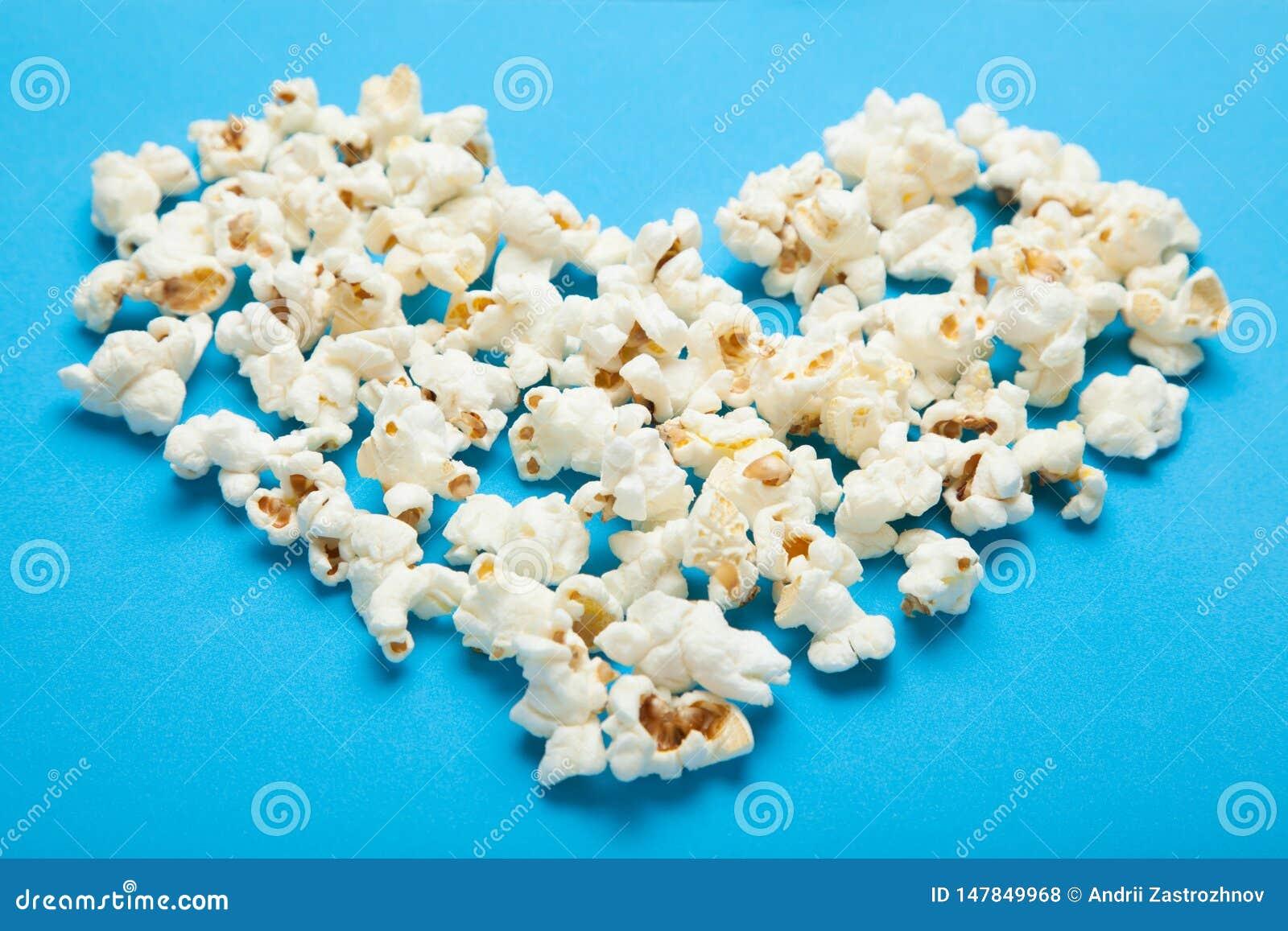 Popcorn sotto forma di cuore su un fondo blu