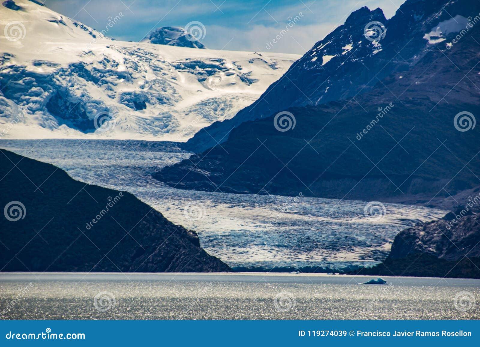 Popielaty lodowiec wśrodku Torres Del Paine parka narodowego i przybycie od Południowego Lodowego pola trzeci co do wielkości lód