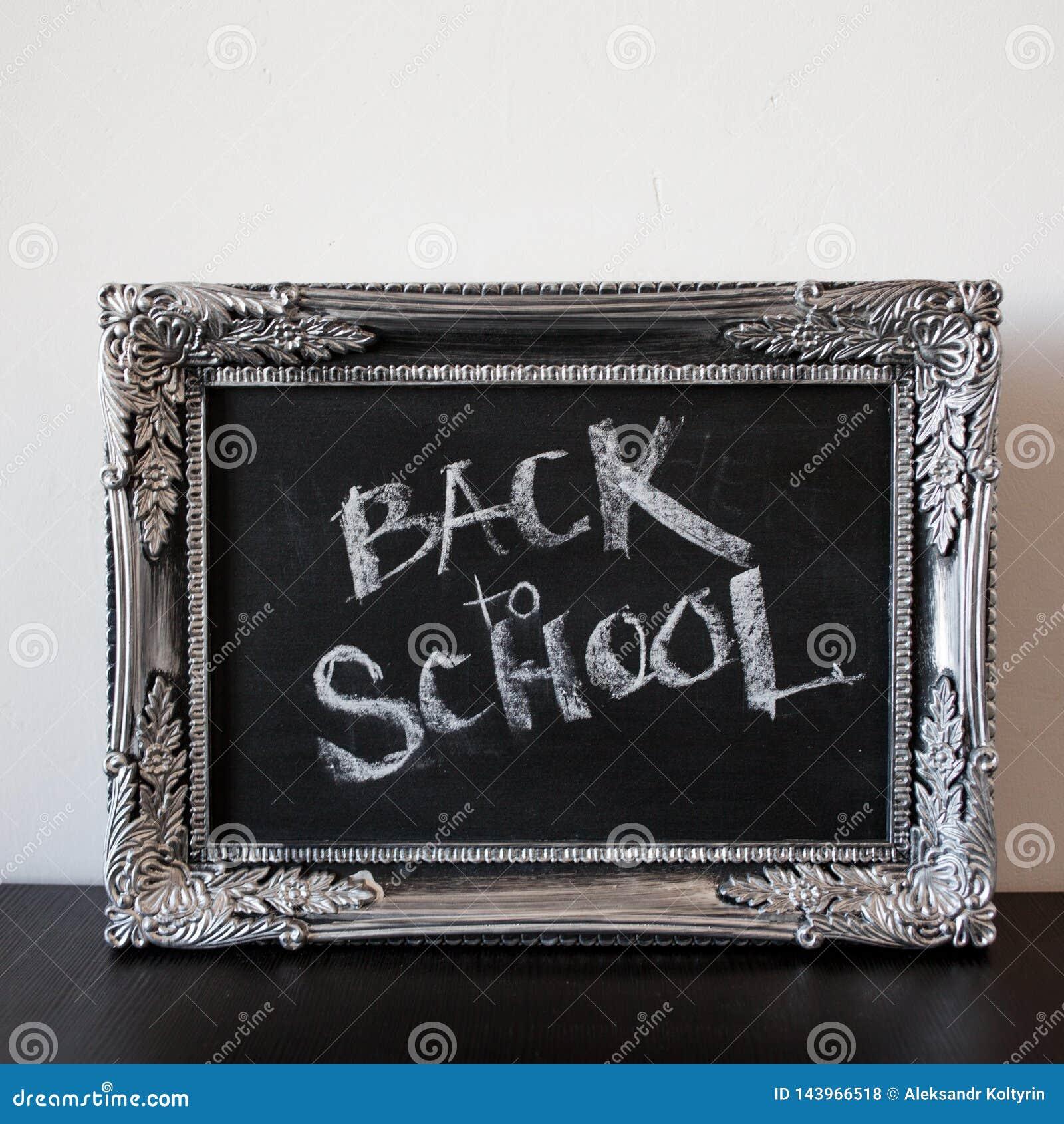 Popiera szkoła, kreda w rocznik ramie Tekst na chalkboard
