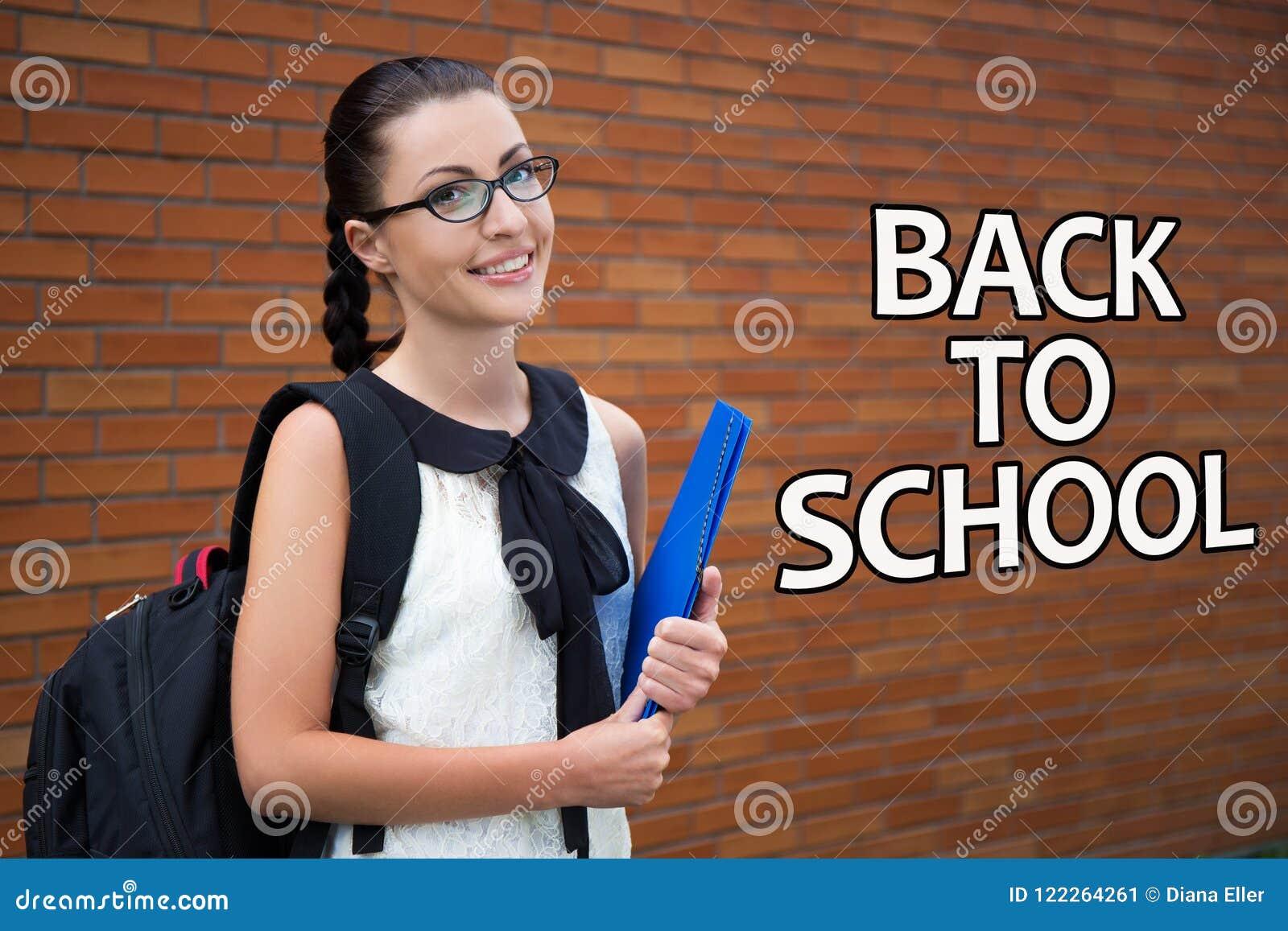 Popiera szkoła - piękna uśmiechnięta nastoletnia dziewczyna z plecakiem