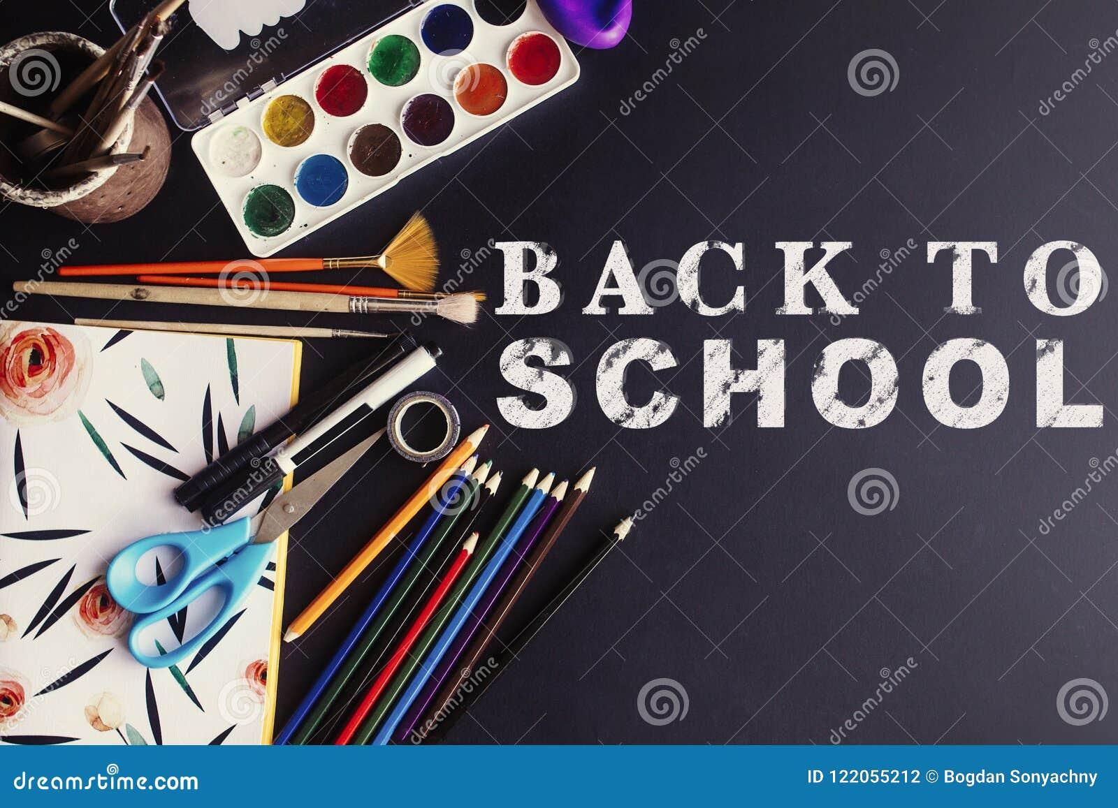 Popiera szkoły pojęcia teksta bielu kreda na czerni desce, kolorowej