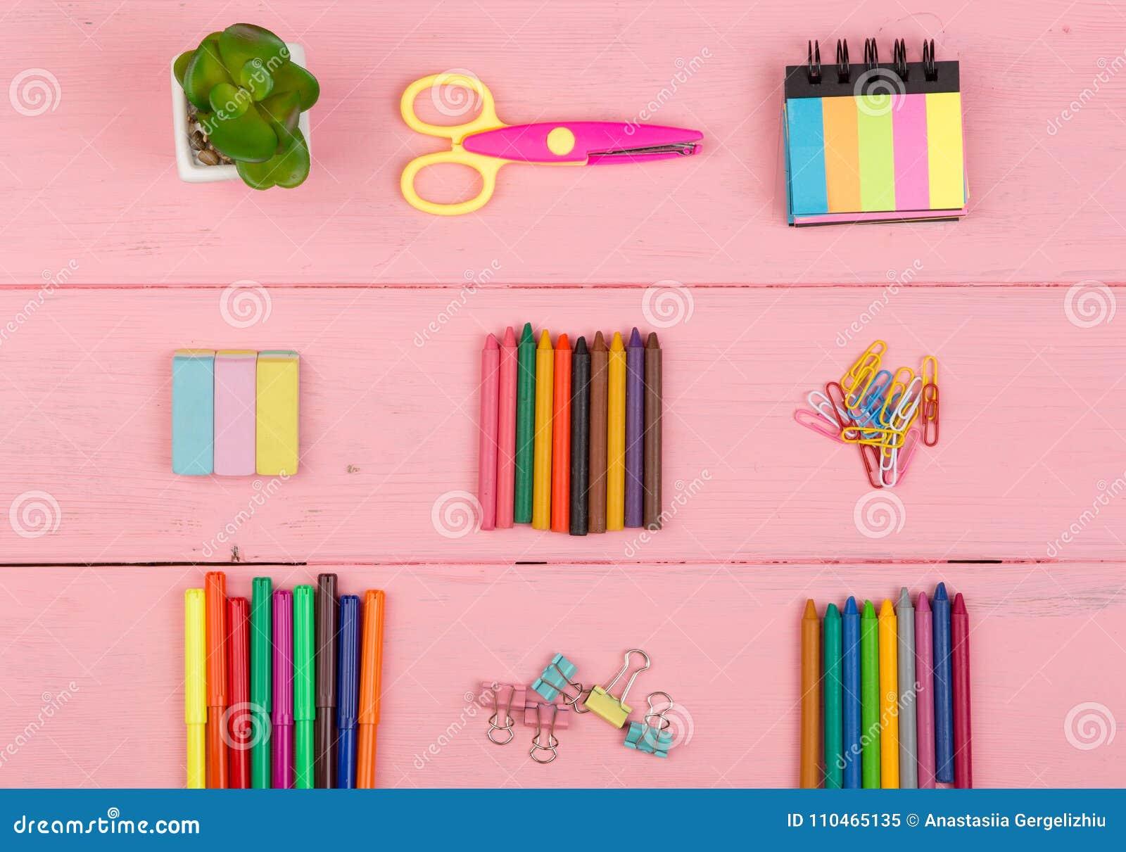 Popiera szkoły pojęcie - szkolne dostawy: nożyce, gumka, markiery, kredki i inni akcesoria,