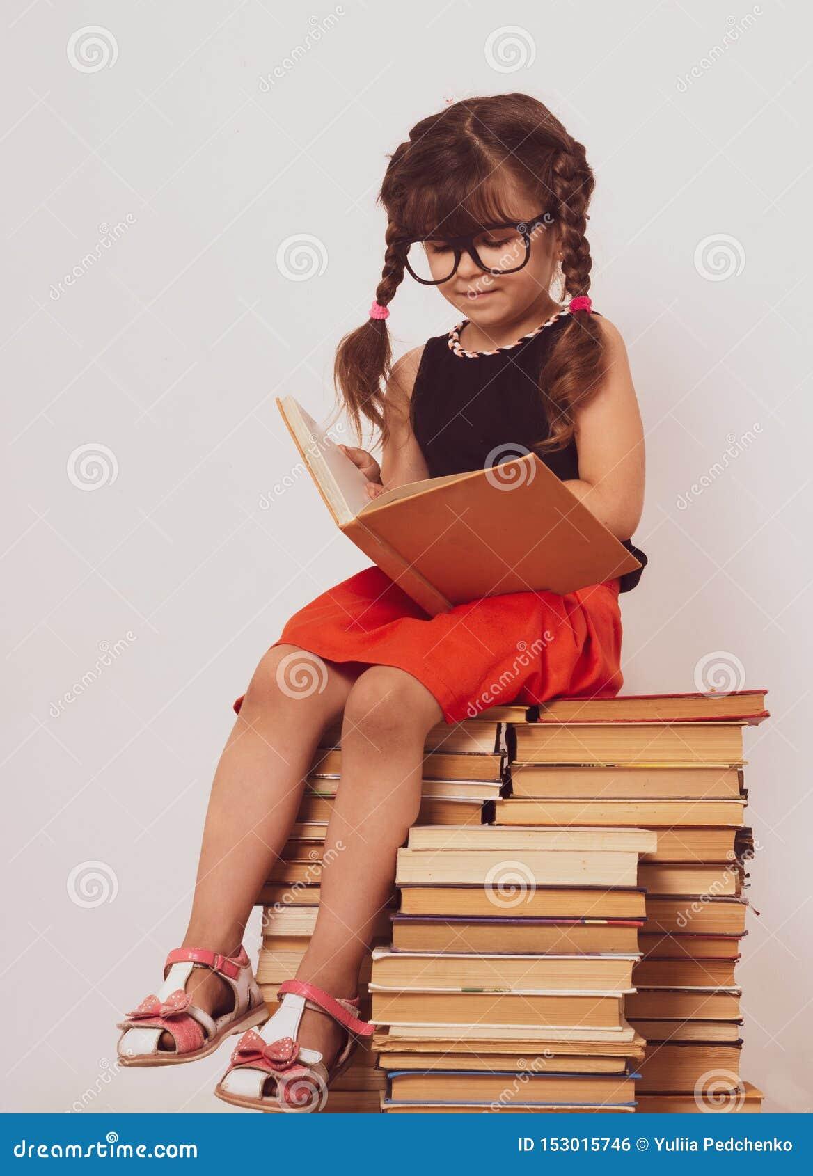 Popiera szkoły tło z dzieciakiem Poj?cie edukacja i czytanie Industrious dziecko Przestrzeń dla reklama teksta