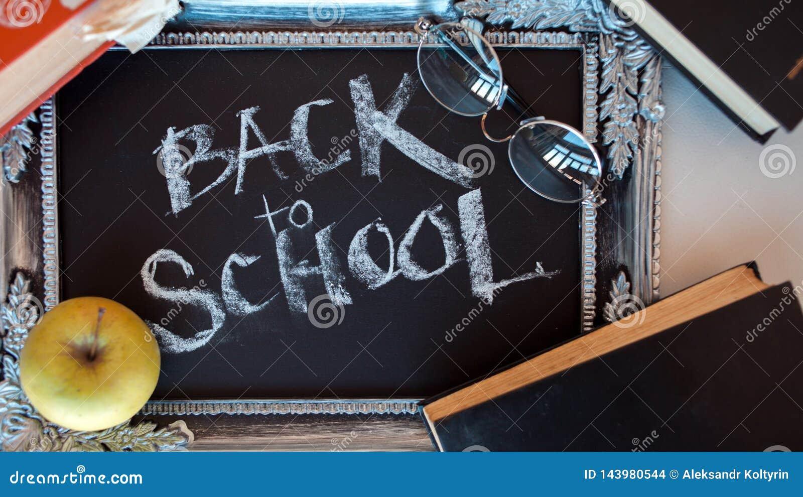 Popiera szko?a, tekst na chalkboard w rocznik ramie