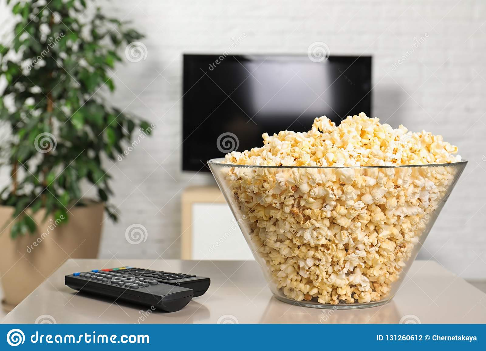 Popkorn i TV piloci do tv na stole