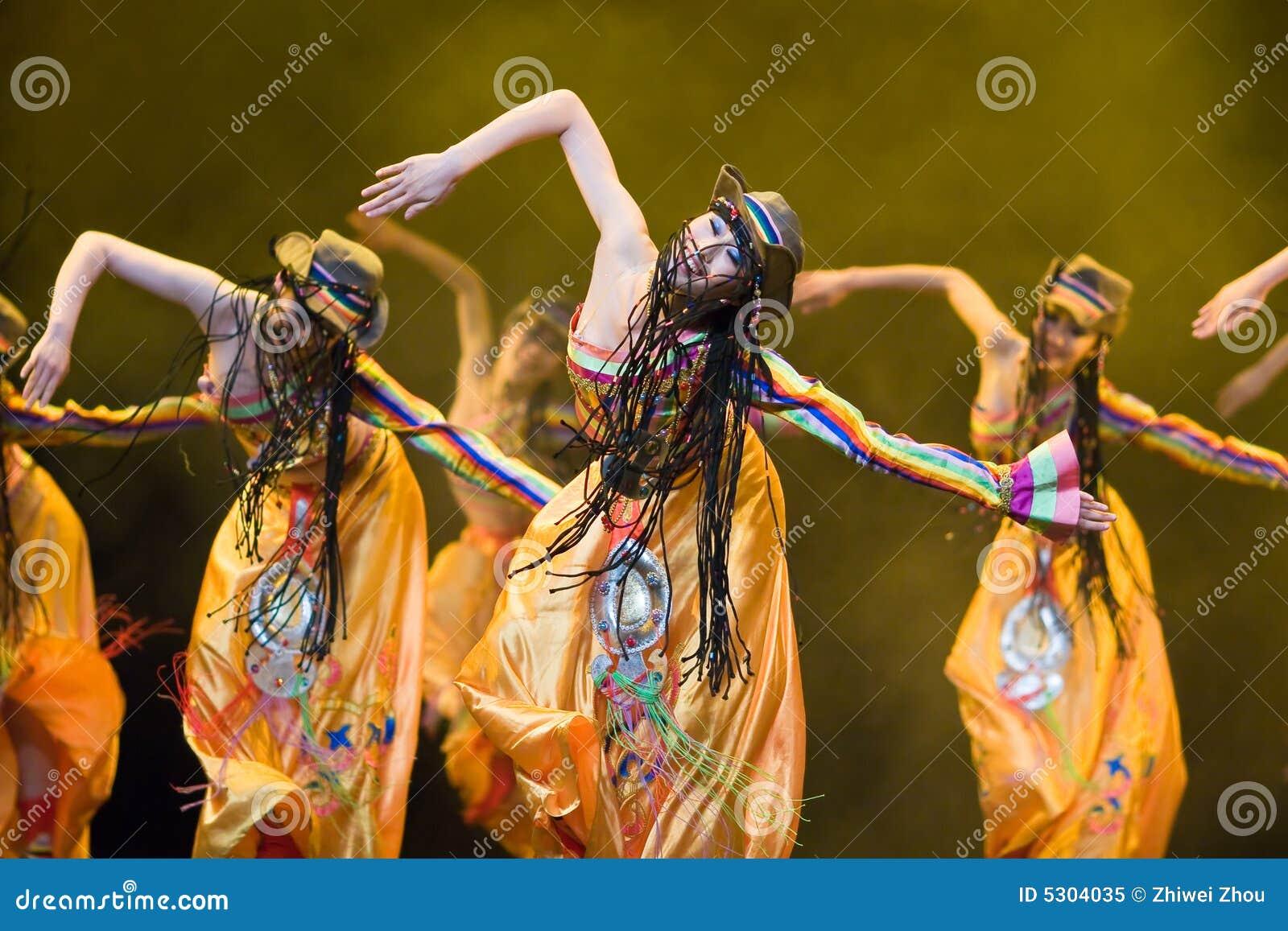 Download Popolo Cinese Di Ballo Di Piega Immagine Editoriale - Immagine di celebrazione, ballare: 5304035