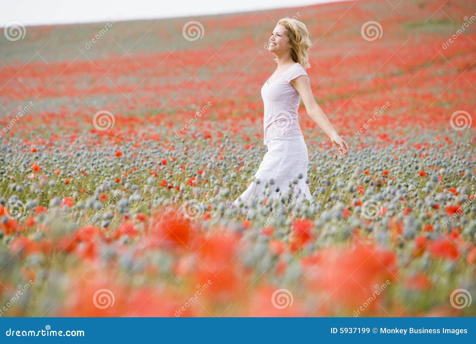 Poppy terenowym kobieta chodząca