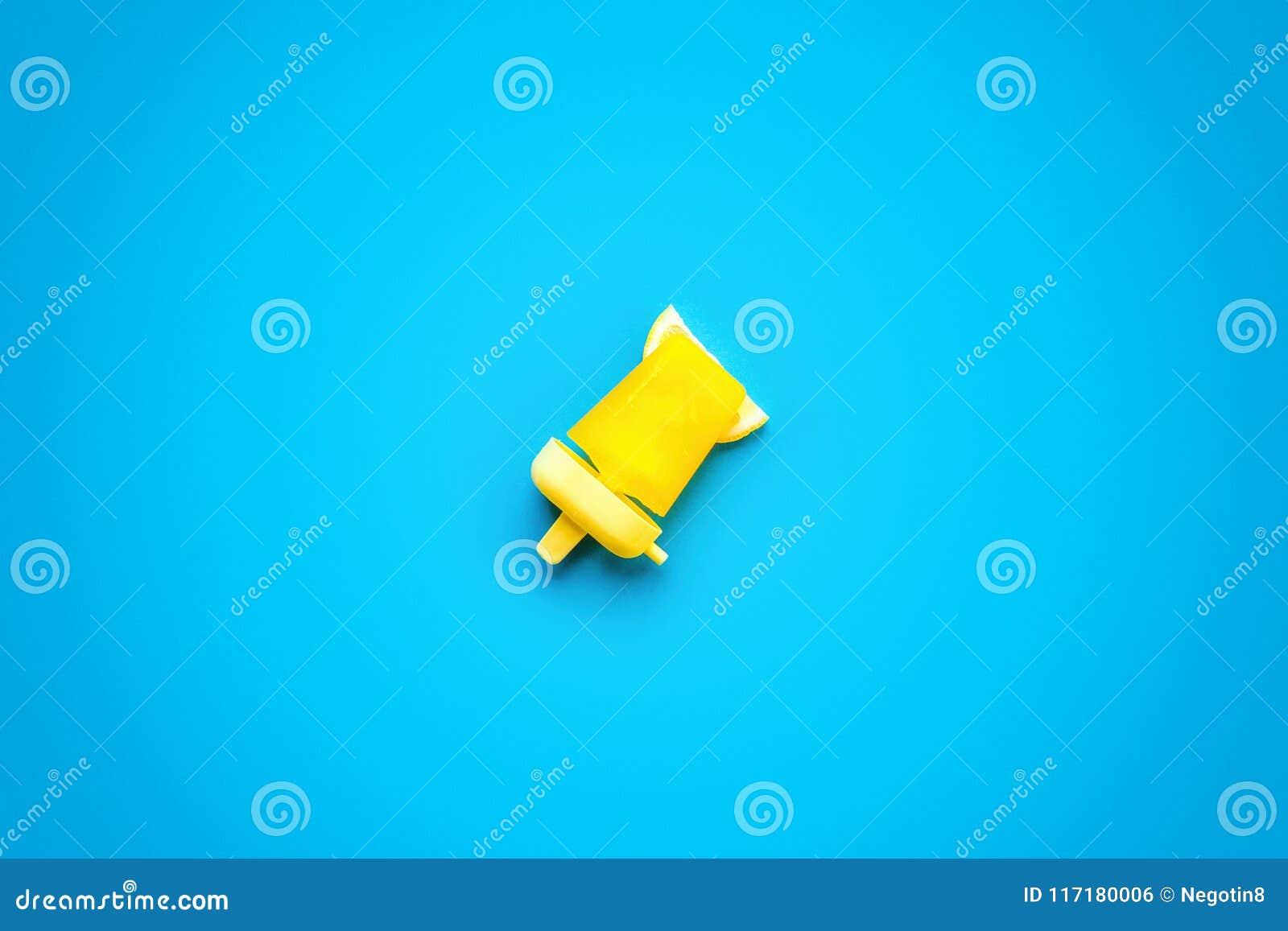 Popsicles που απομονώνεται σπιτικό στο μπλε