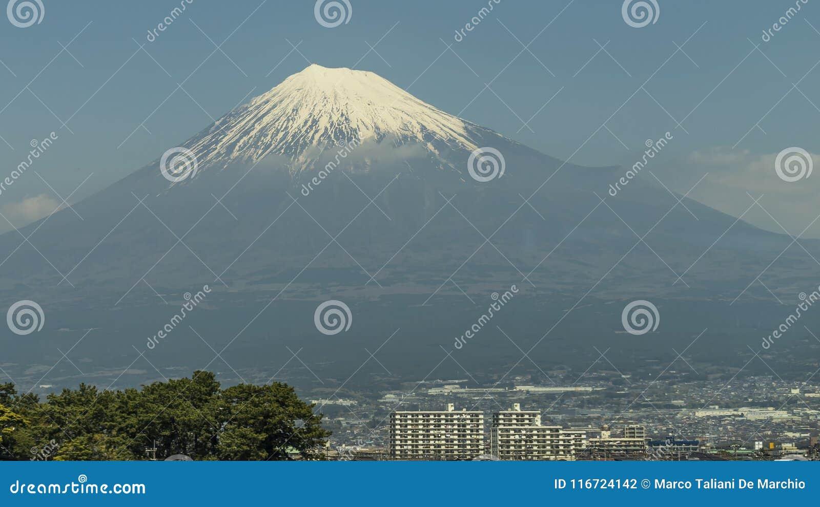 Populäre Gebäude mit einer Ansicht auf der Ostseite des Schnee-mit einer Kappe bedeckten Fujisans, Japan