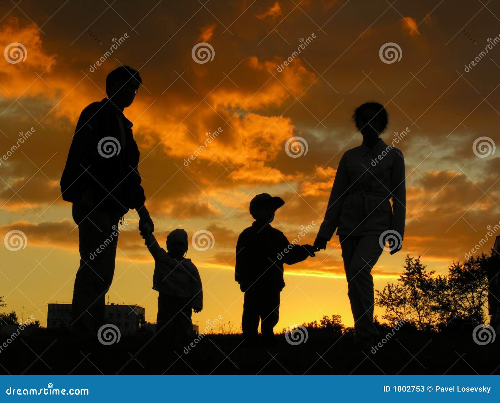 Por do sol 2 do agregado familiar com quatro membros