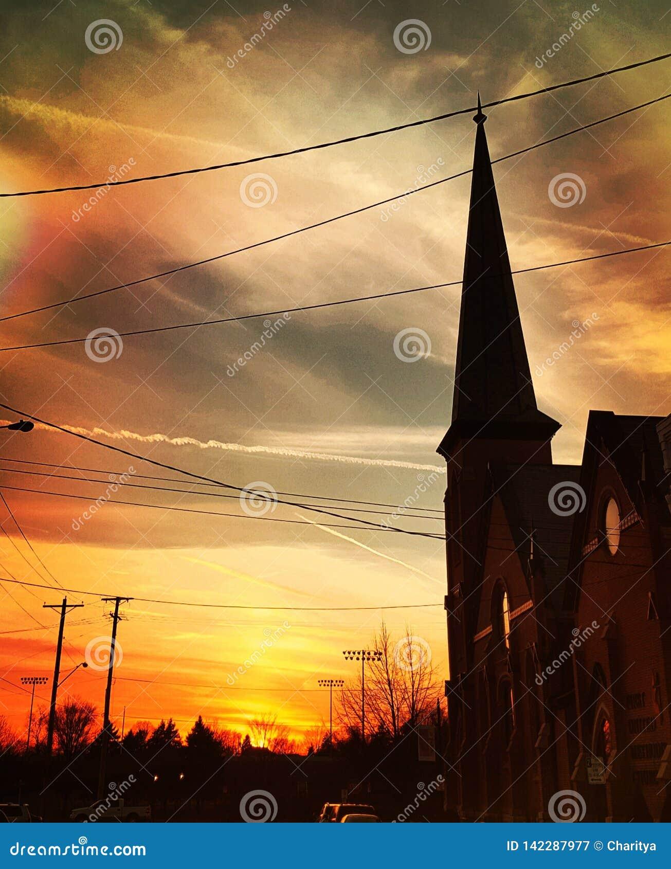 Por do sol acima da igreja