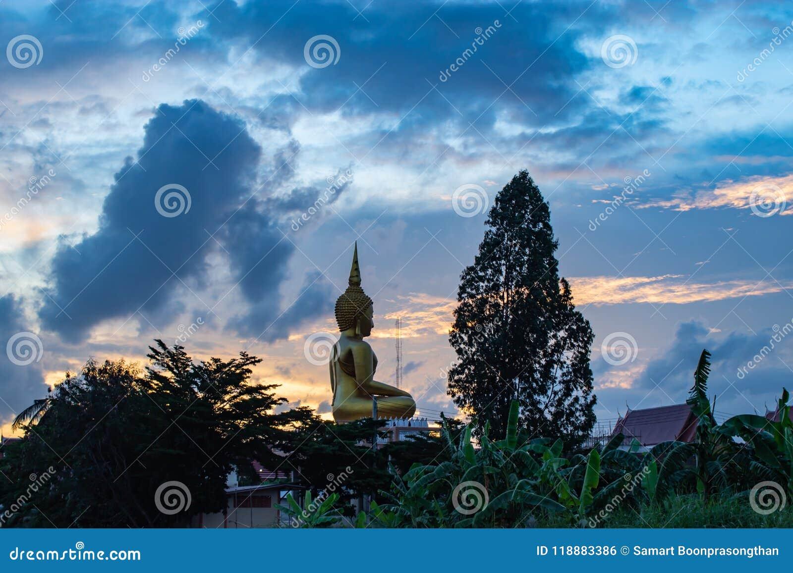 Por do sol atrás de Wat Lad Pha Dook, templo em Nonthaburi