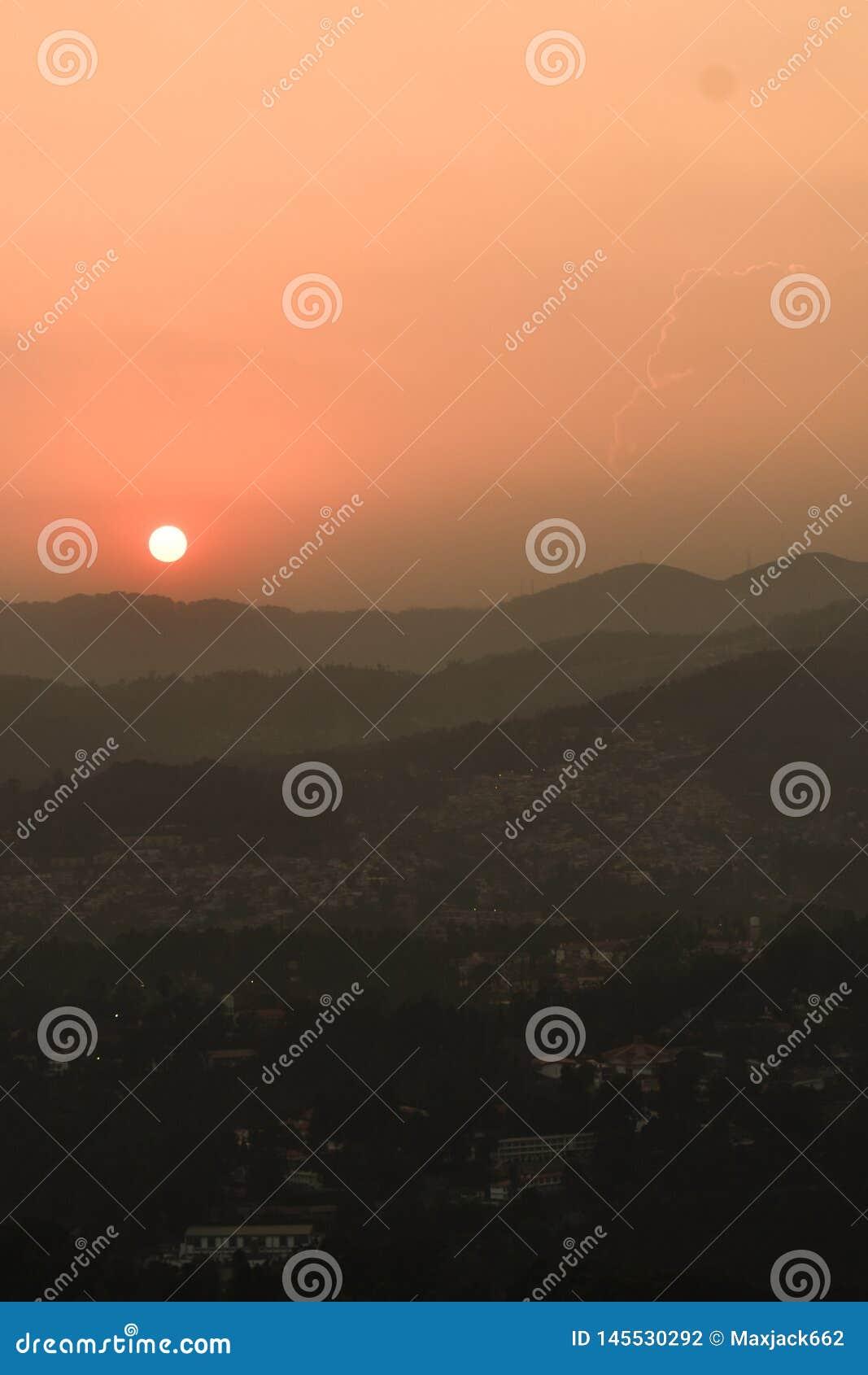 Por do sol atr?s das montanhas