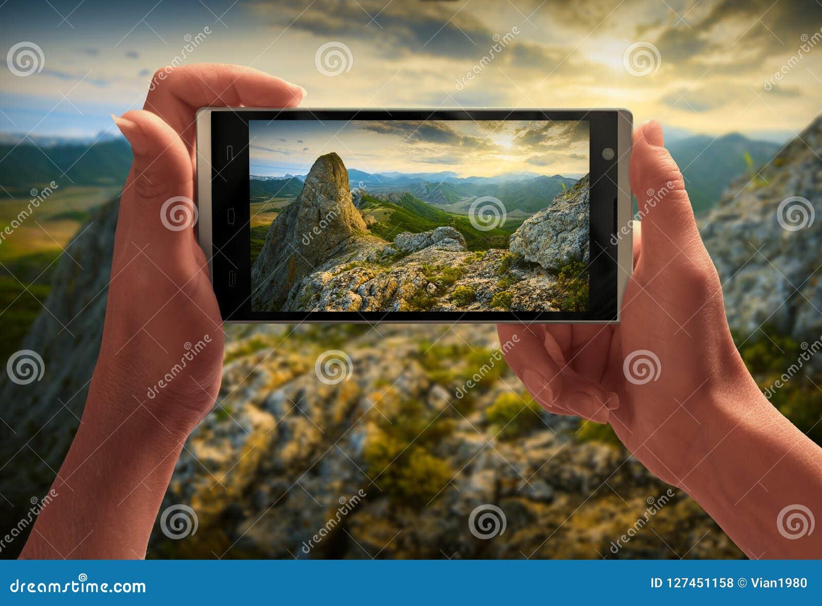 Por do sol bonito acima do vale da montanha em uma tela do smartp