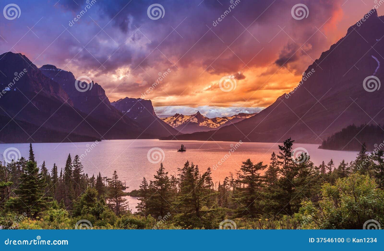Por do sol bonito em St. Mary Lake no parque nacional de geleira