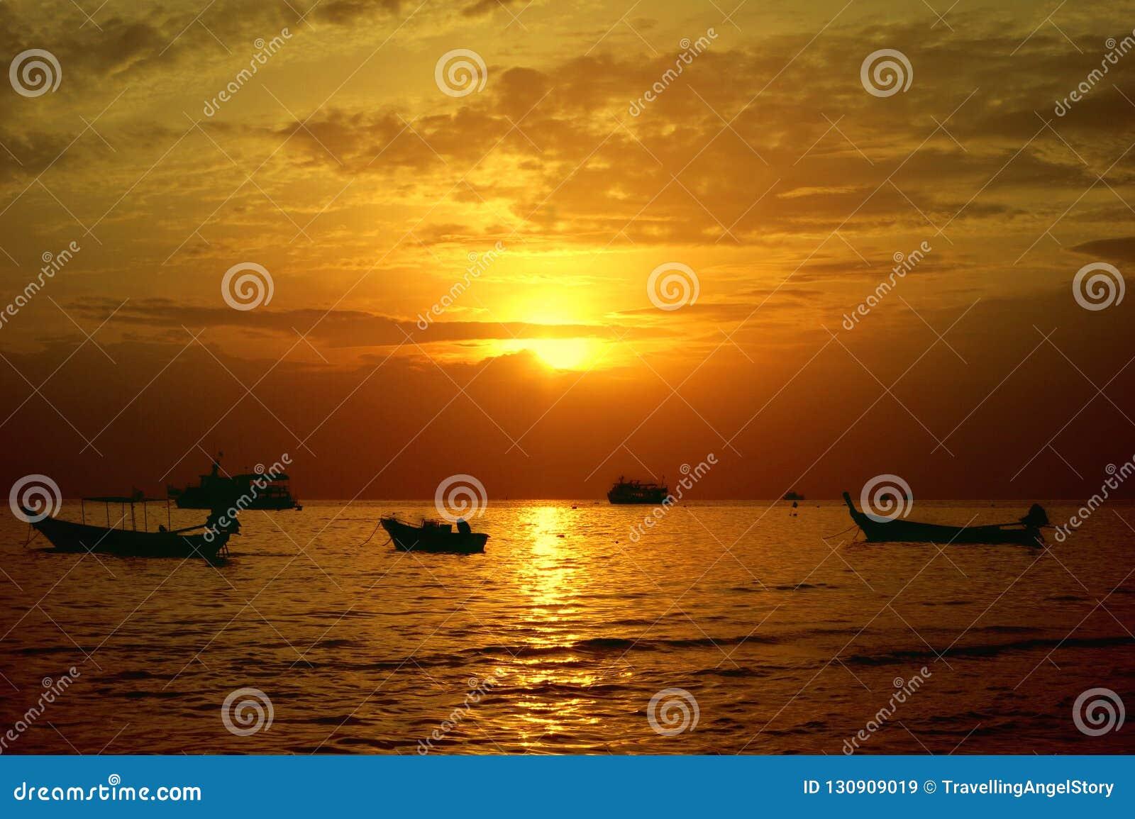 Por do sol bonito na praia de Sairee, Koh Tao, Tailândia