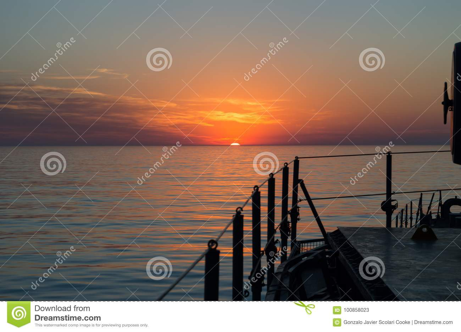 Por do sol bonito no mar