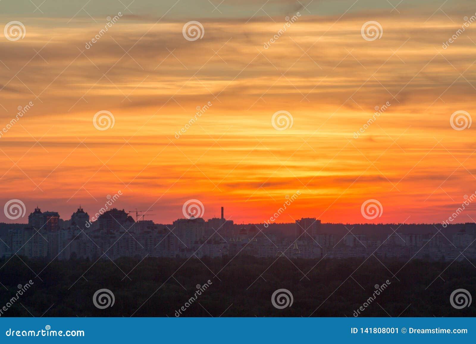 Por do sol bonito sobre a cidade