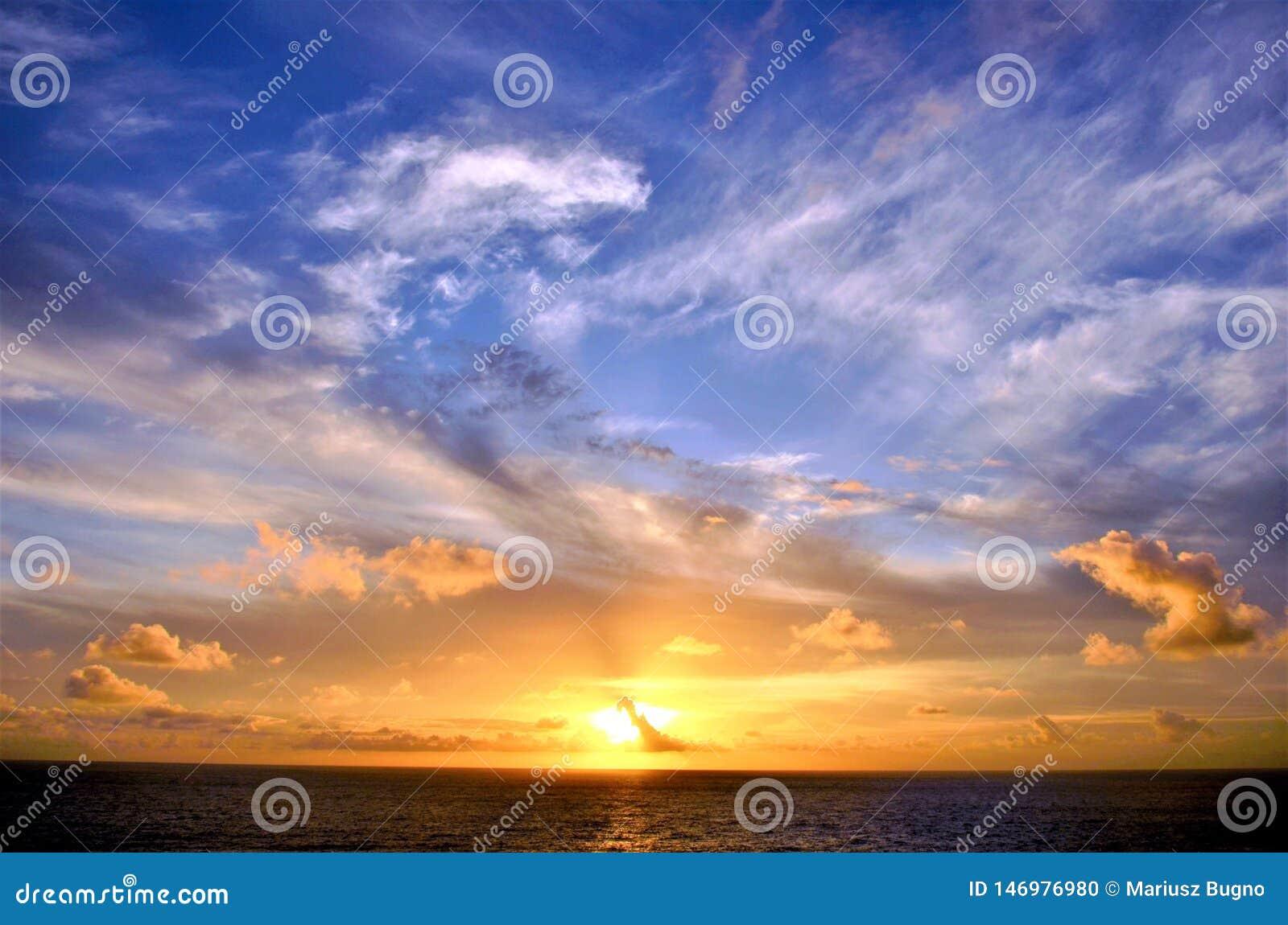 Por do sol bonito sobre o Oceano ?ndico