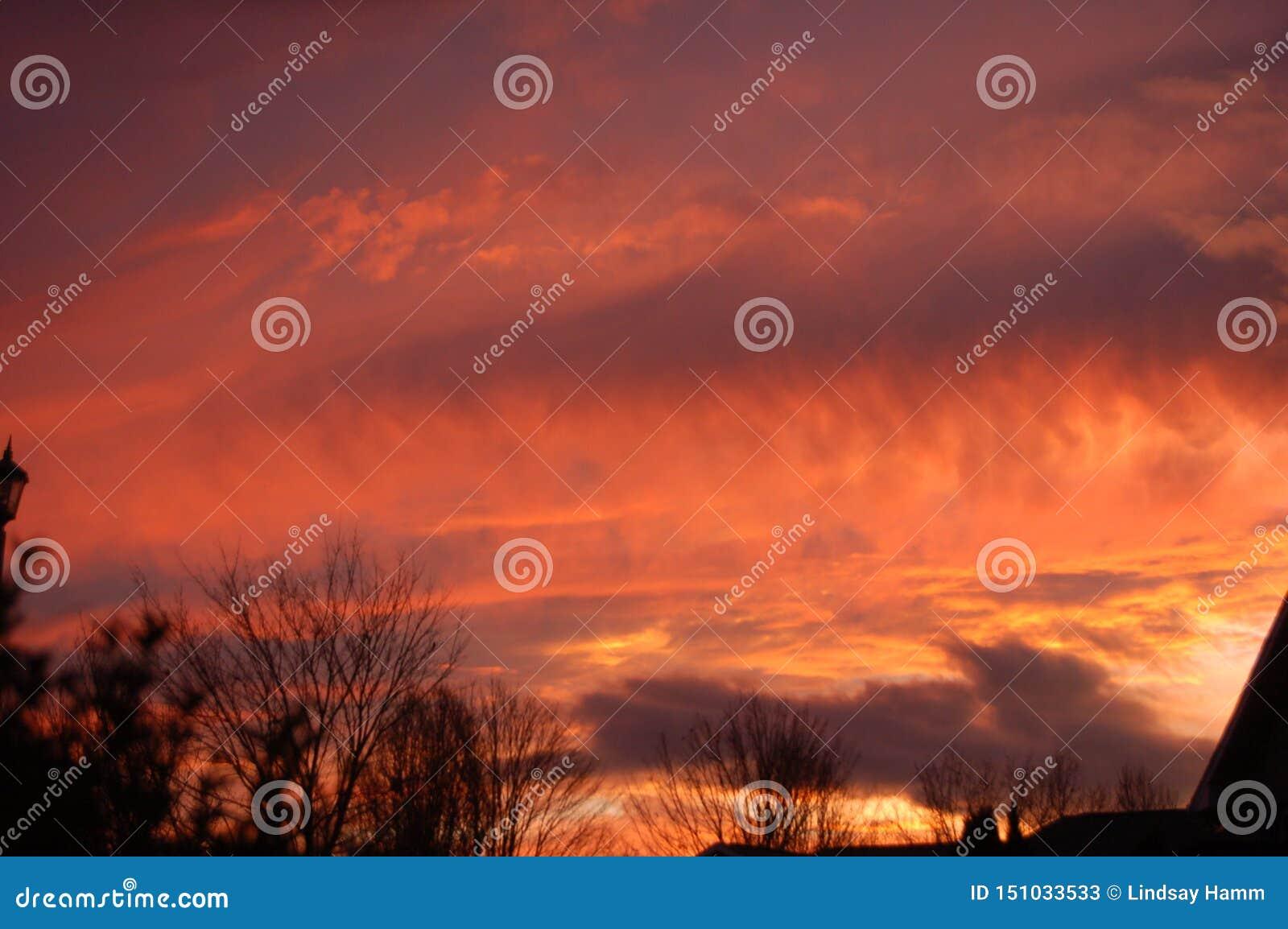 Por do sol brilhante, colorido com nuvens intensas