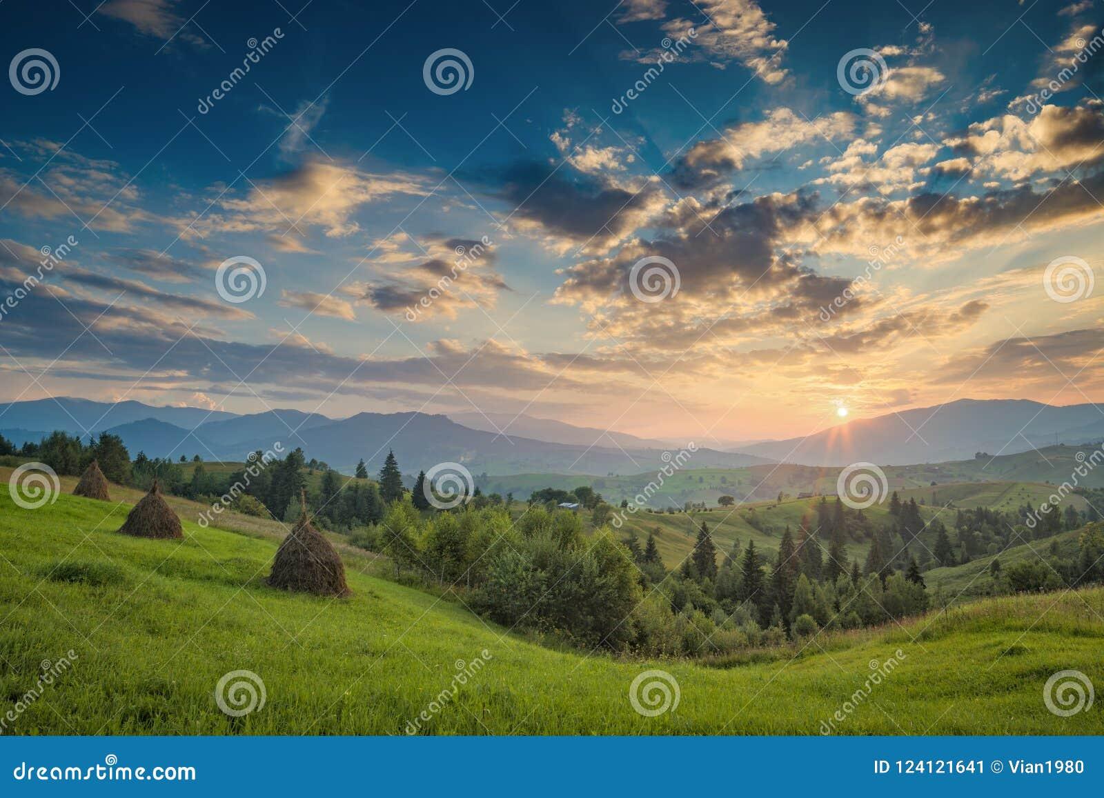 Por do sol carpathian majestoso em um vale da montanha do verão