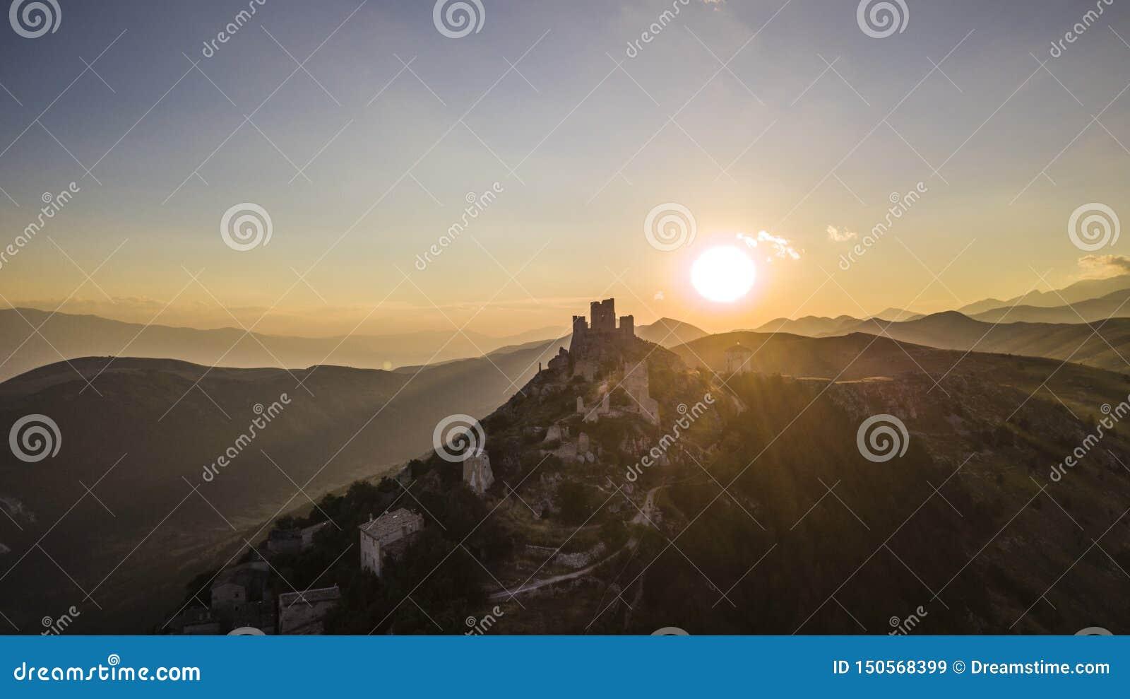 Por do sol do castelo, Rocca Calascio, Abruzzo, Itália