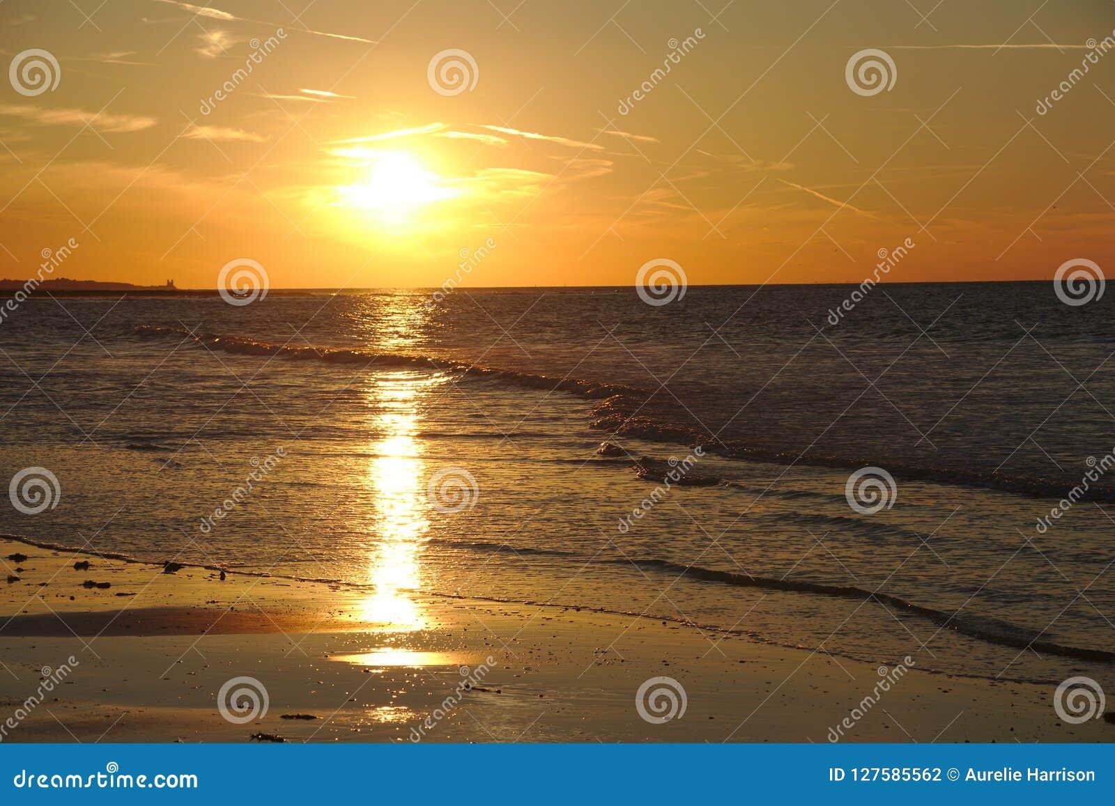 Por do sol colorido acima do oceano no margate