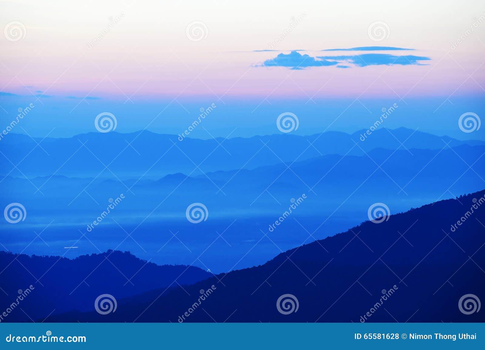 Por do sol colorido sobre a montanha