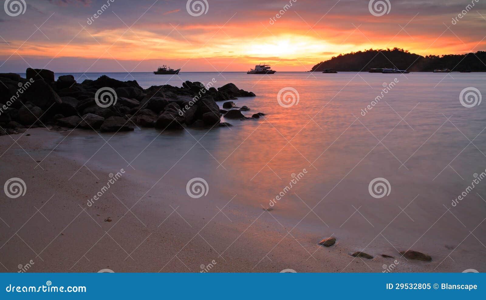 Por do sol colorido sobre o mar de Andaman no crepúsculo