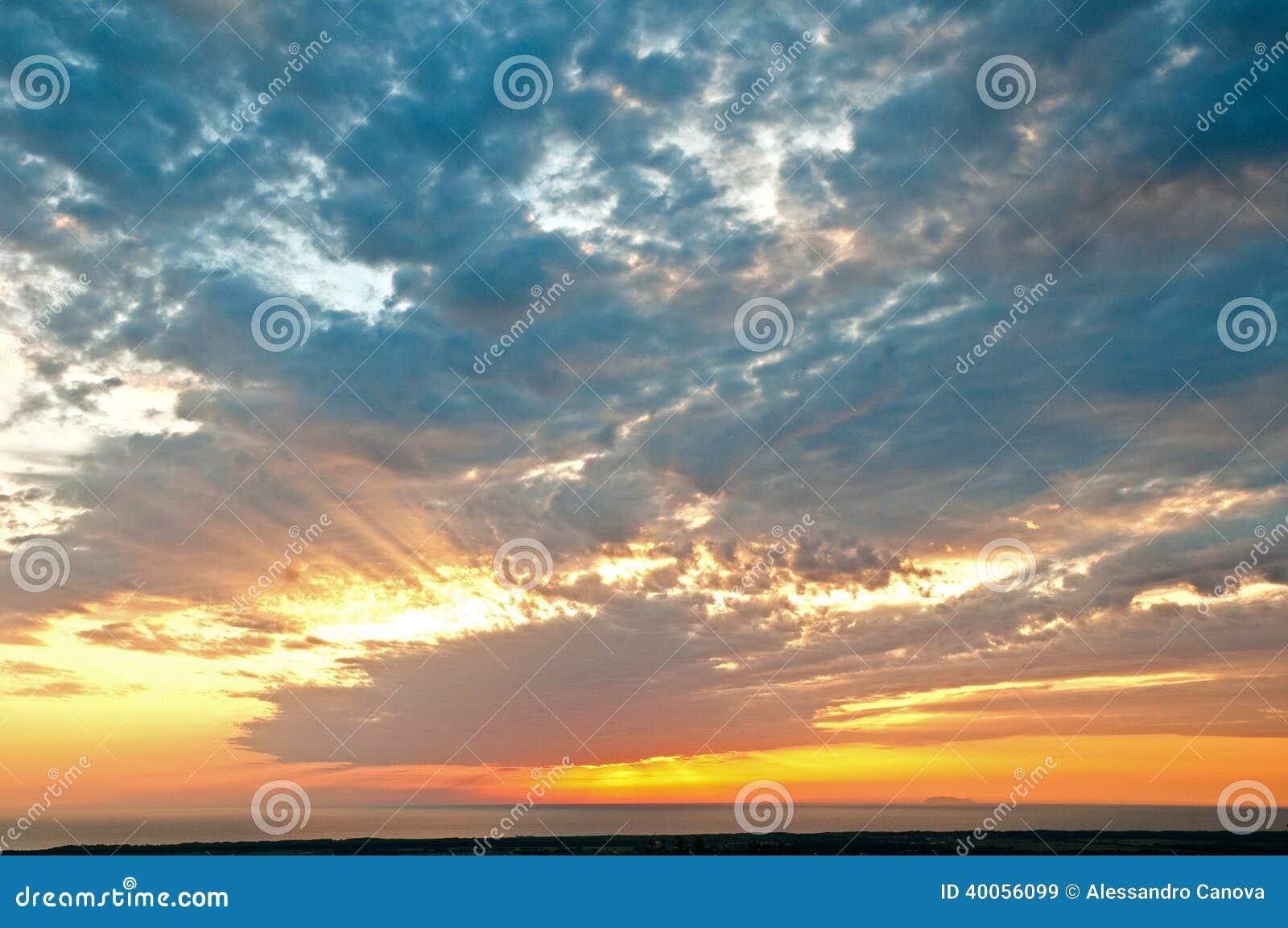 Por do sol com nuvens